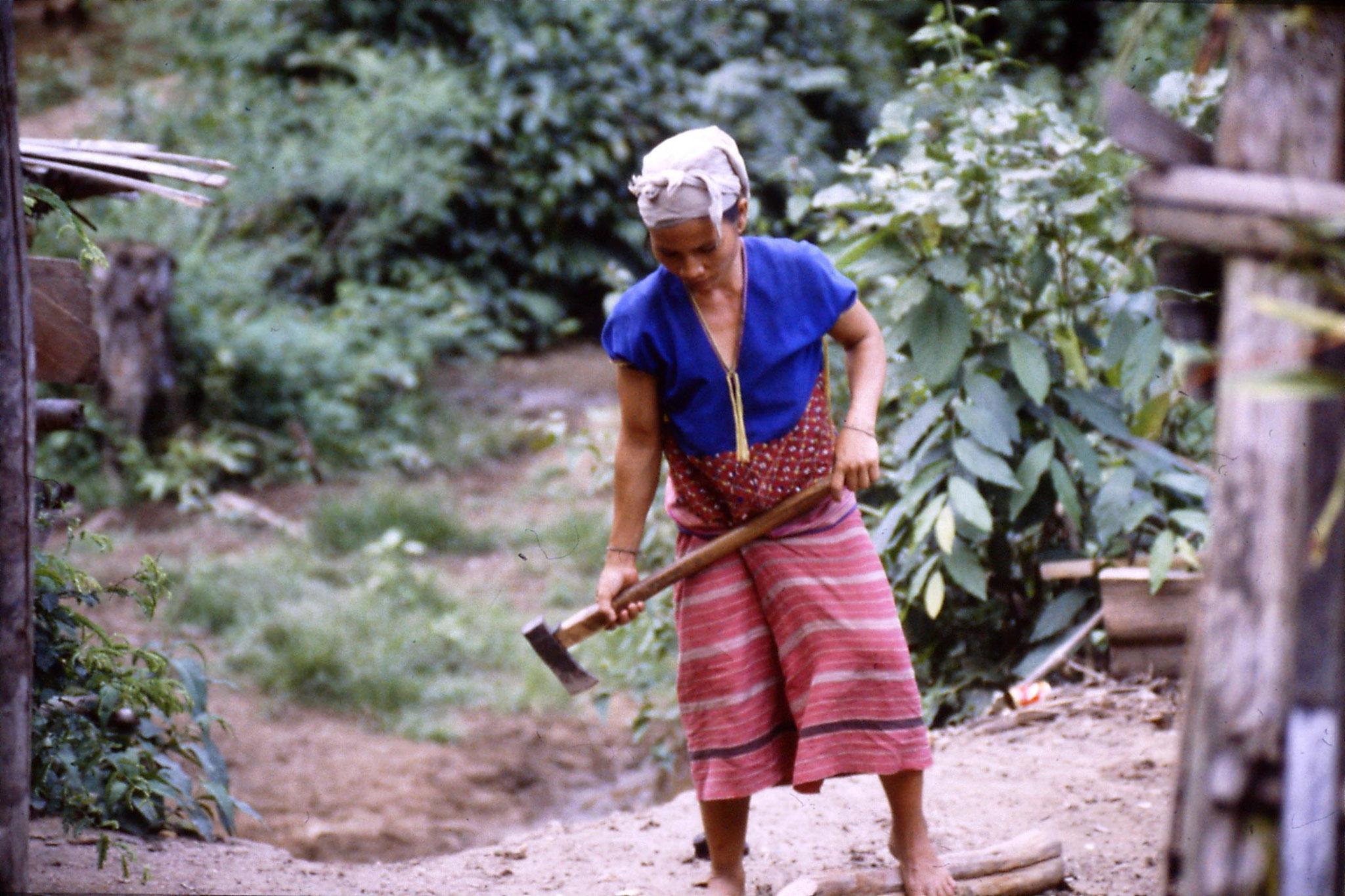 12/6/1990: 31: Trek - Hue Kom Karen village