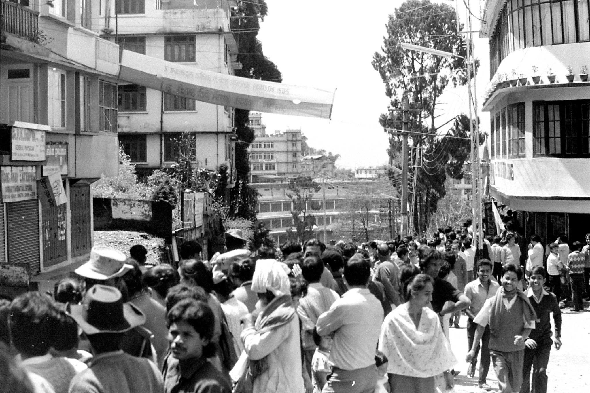 22/4/1990: 23: Gangtok crowds waiting to see V P Singh