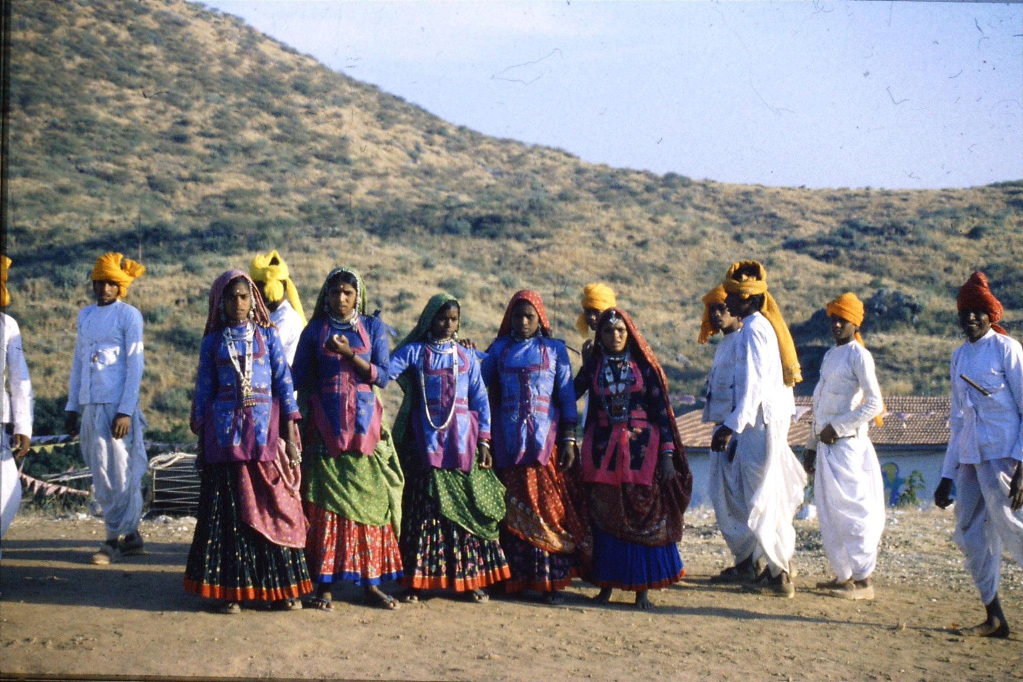 8/12/1989: 25: Udaipur Shilp Gram Craft Centre dancing