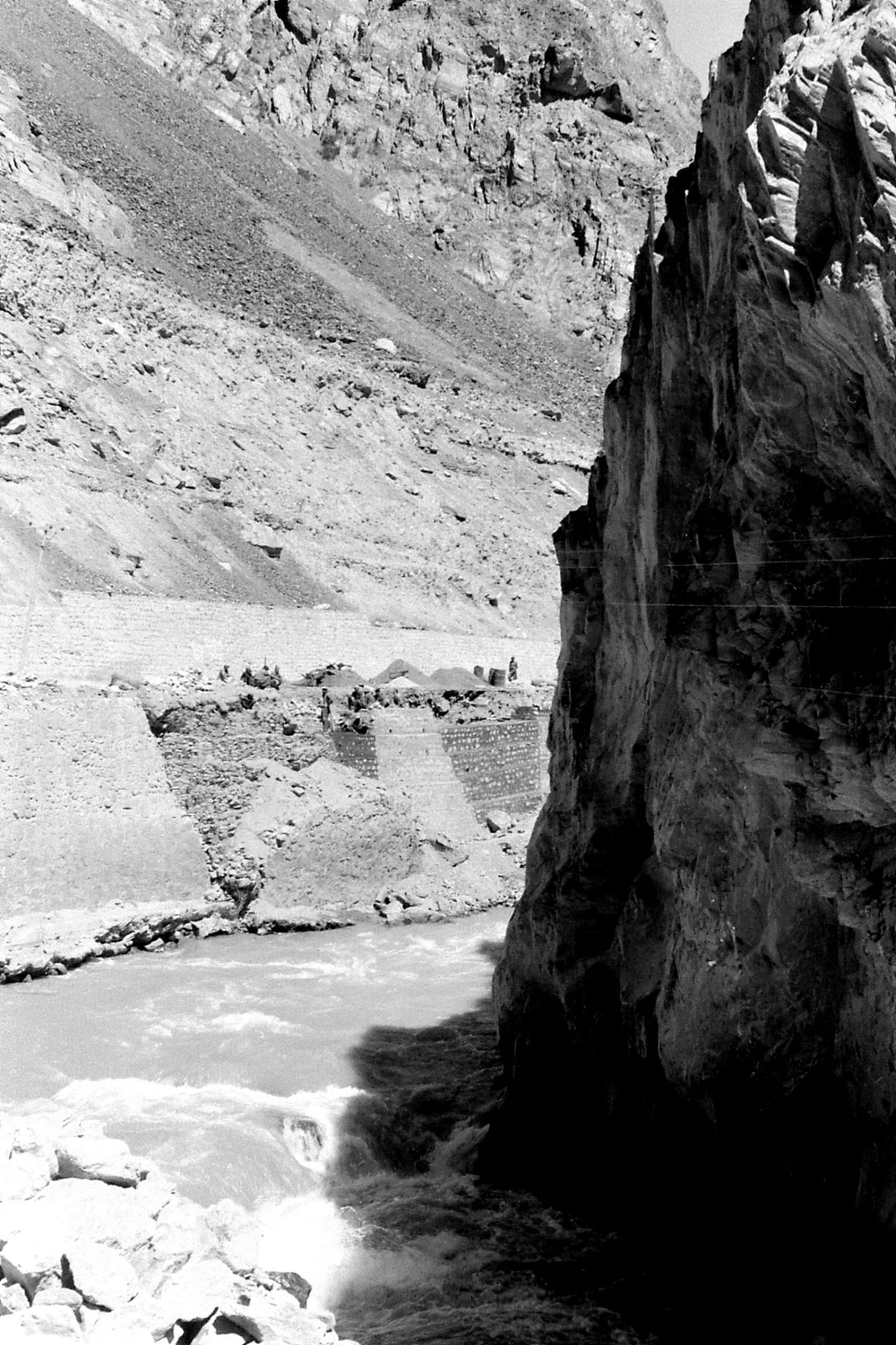 10/9/1989: 14: workmen on Pakistan side of Kunjerab Pass