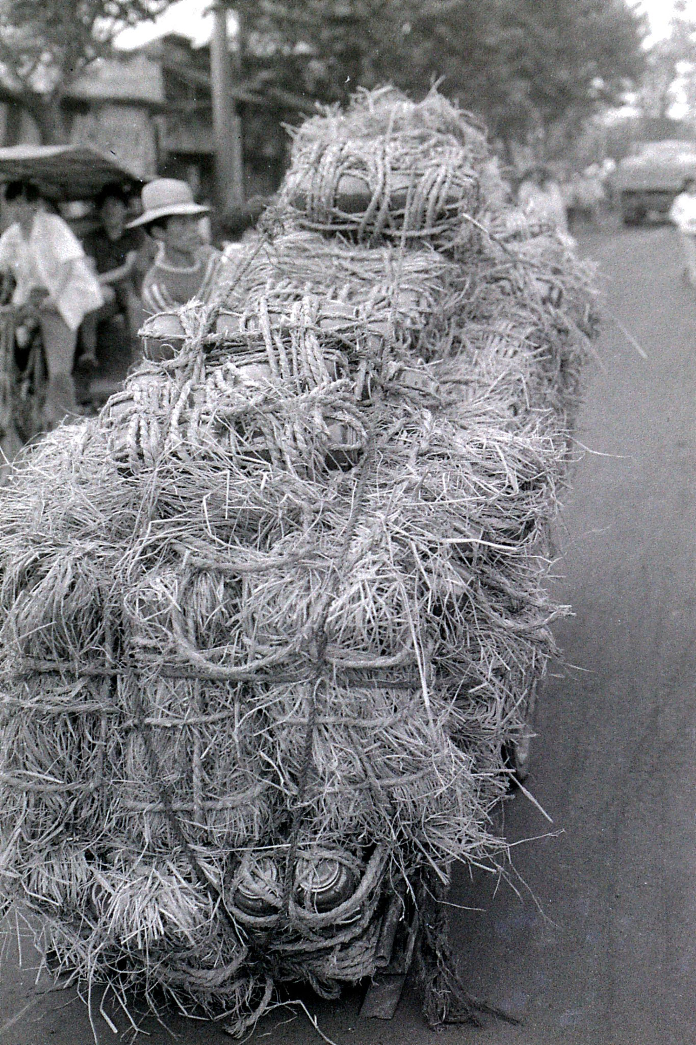 27/6/1989: 19: Shaoxing, pots wrapped in straw on cart