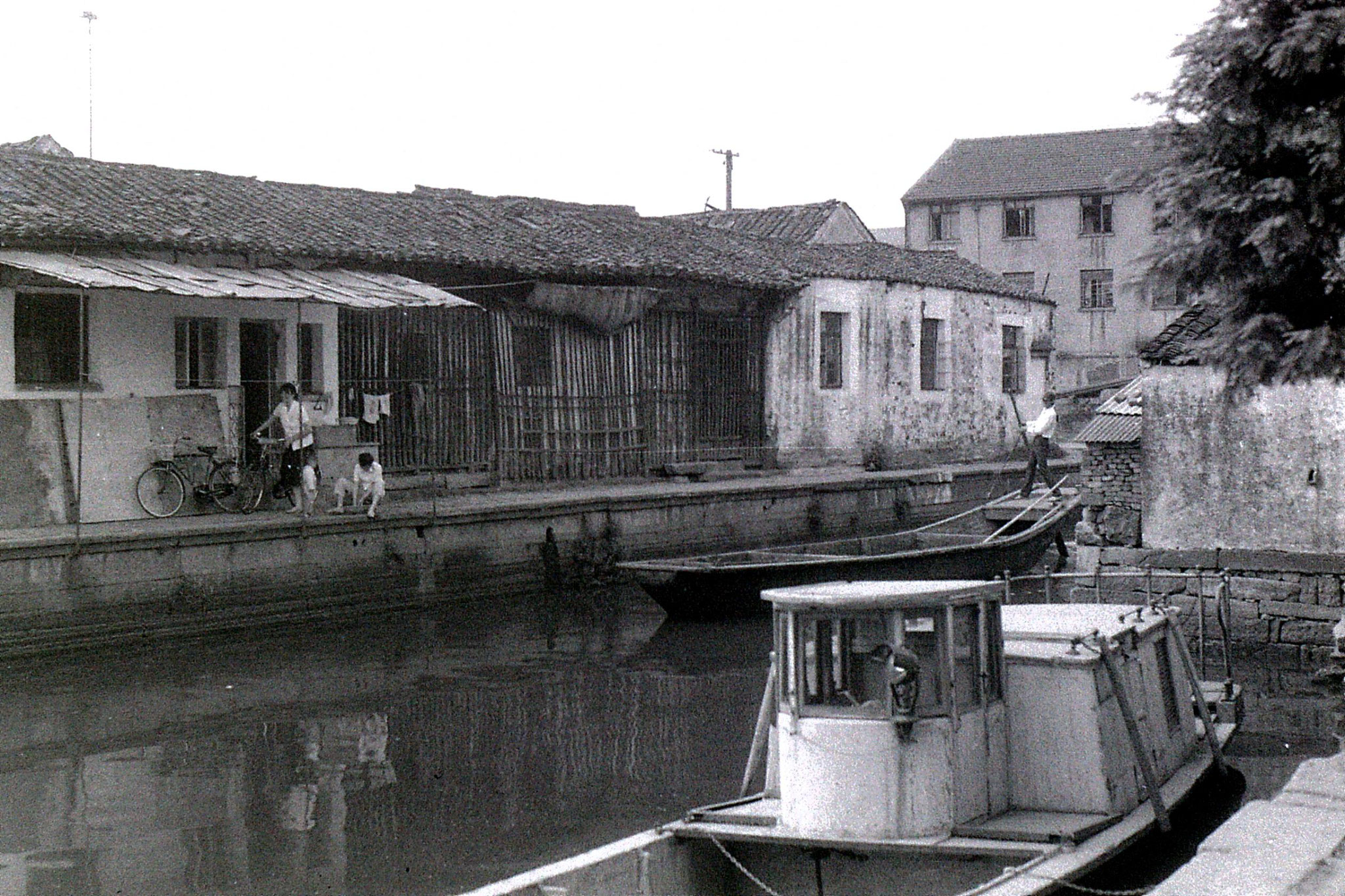 27/6/1989: 20: Shaoxing, house with wooden slats on canal