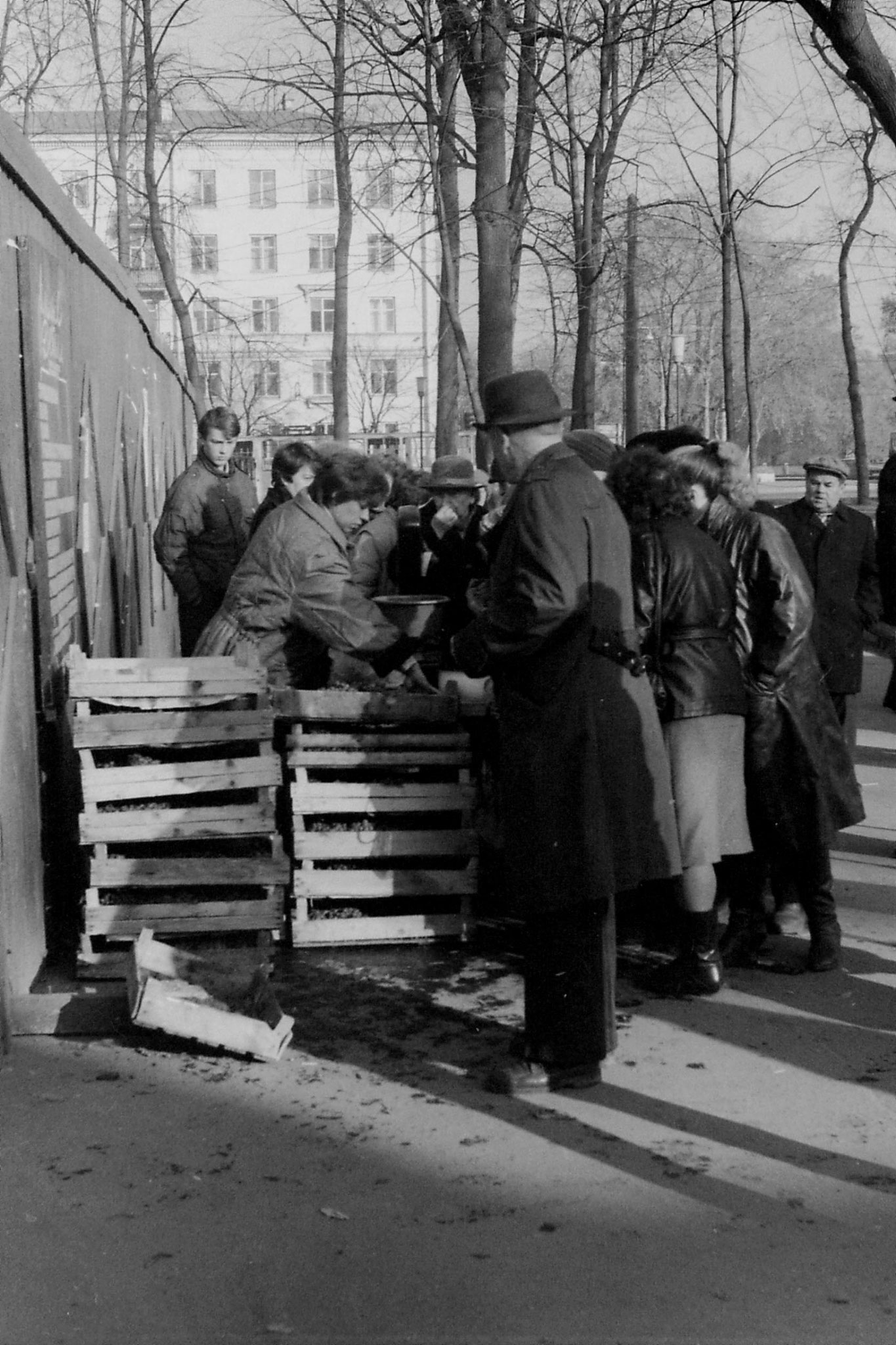 14/10/1988: 21: grapes and lemons stall outside Metro