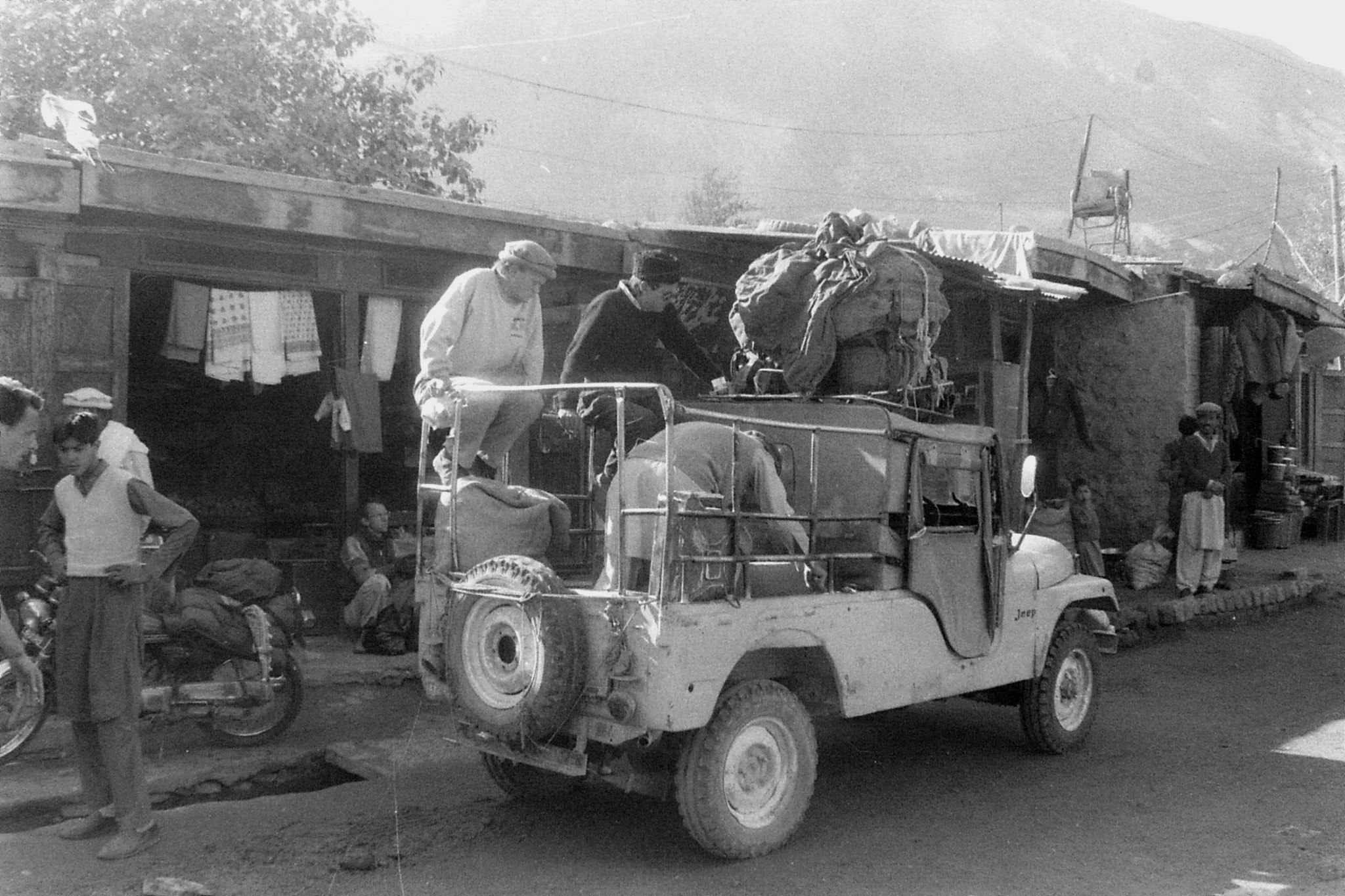 25/10/1989: 11: Gilgit, loading cargo jeep