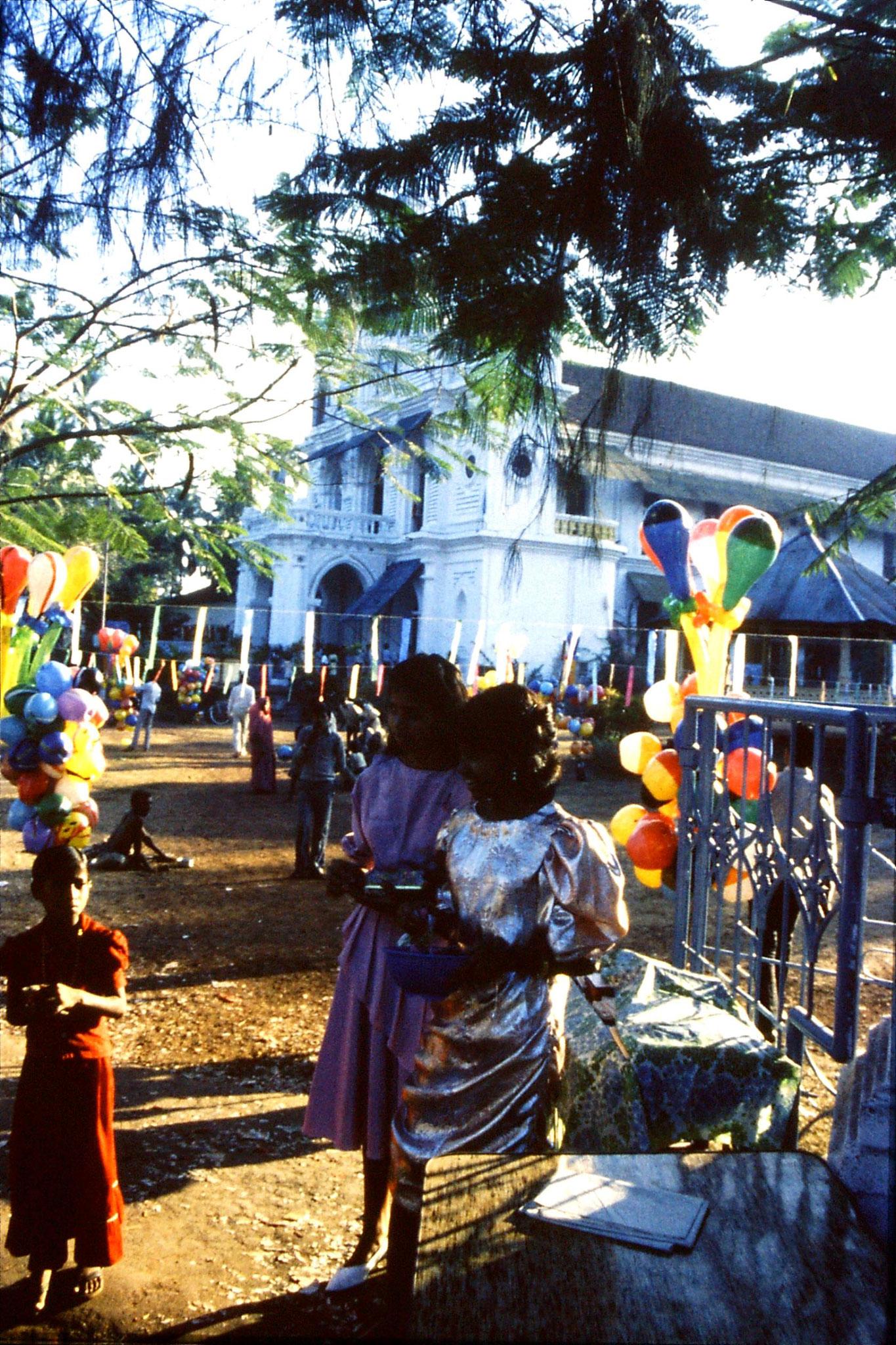 31/12/1989: 3:Goa Siolim church and market on festival day