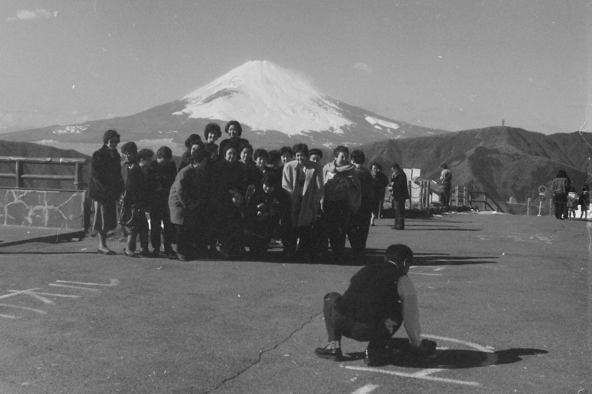 28/1/1989: 26:group posing in front of Fuji at Owakudani
