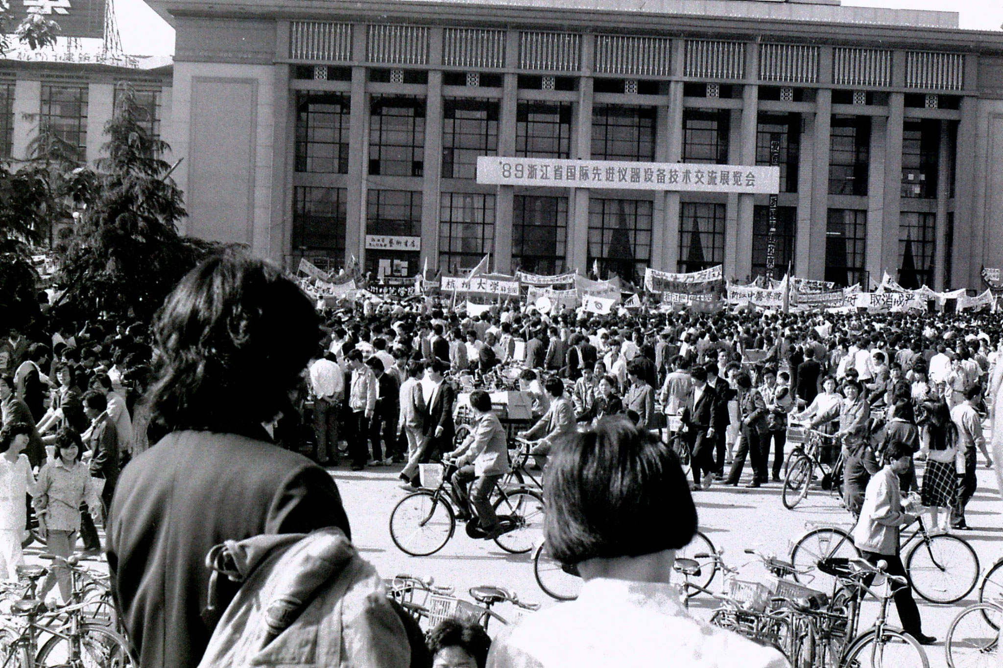 25/5/1989: 4: Hangzhou demopnstration outside exhibition centre