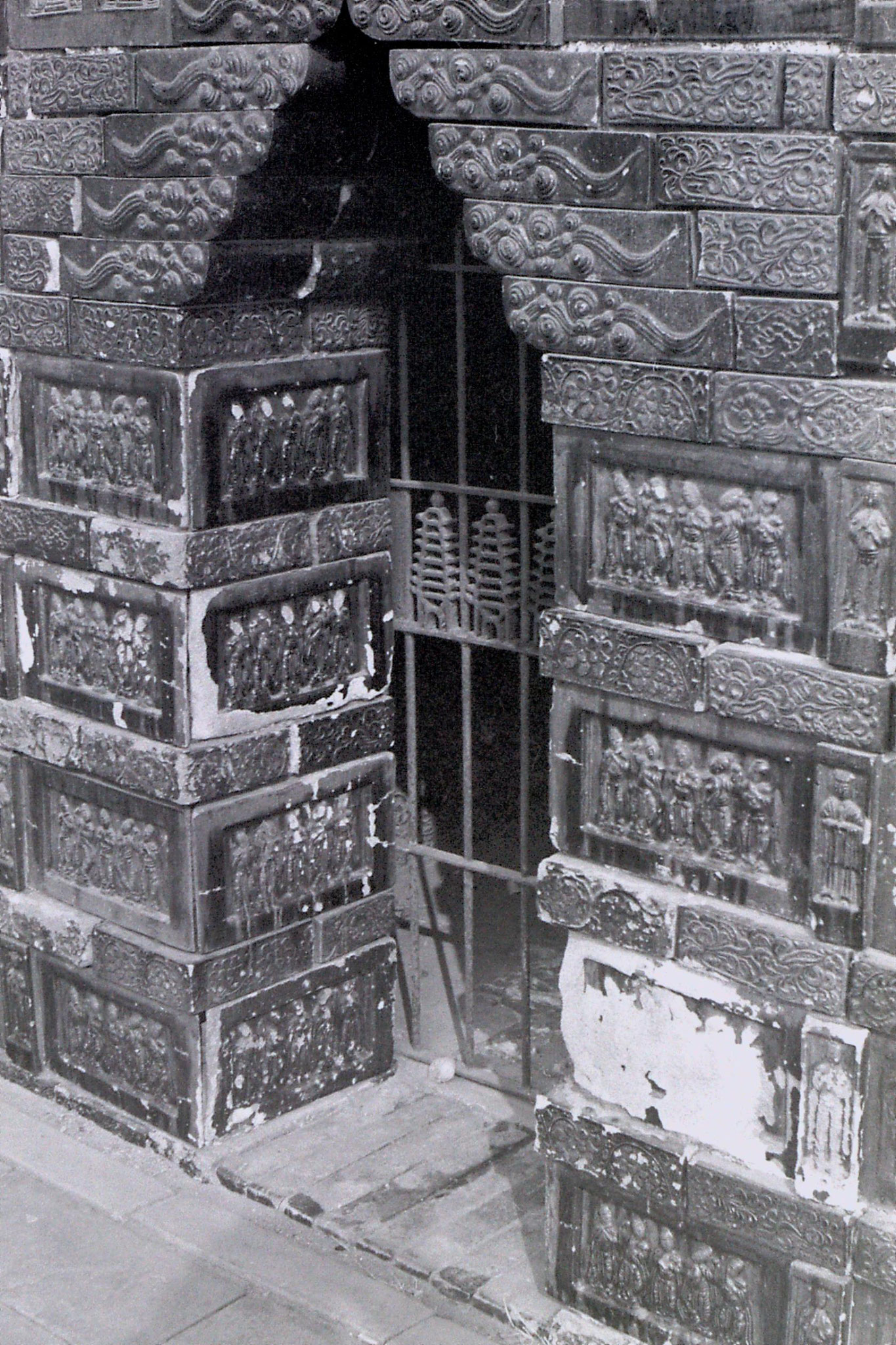 25/2/1989: 2: Kaifeng, detail on Iron Pagoda