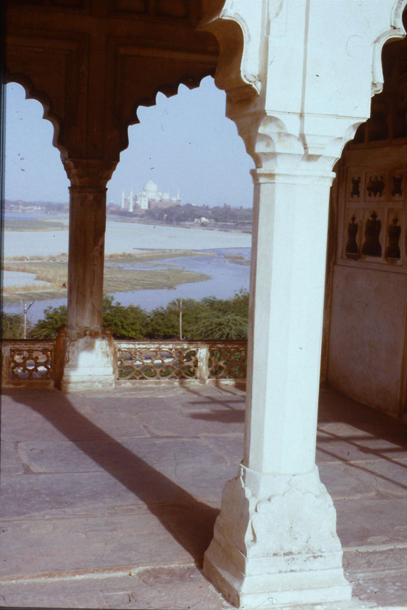 109/2: 30/3/1990 Taj Mahal framed by Khus Mahal