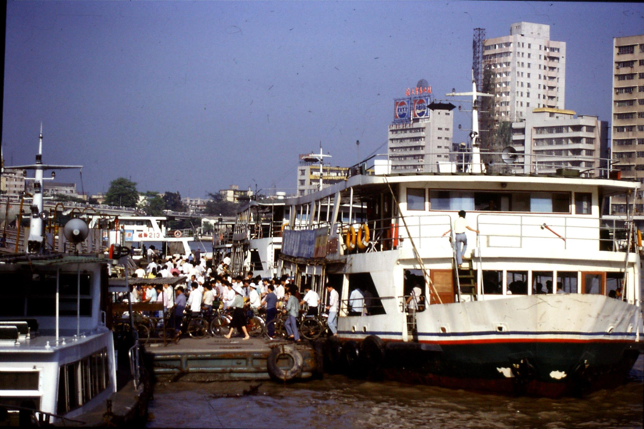 17/5/1989: 28: Guangzhou, cycles coming off ferry at Shaman Island