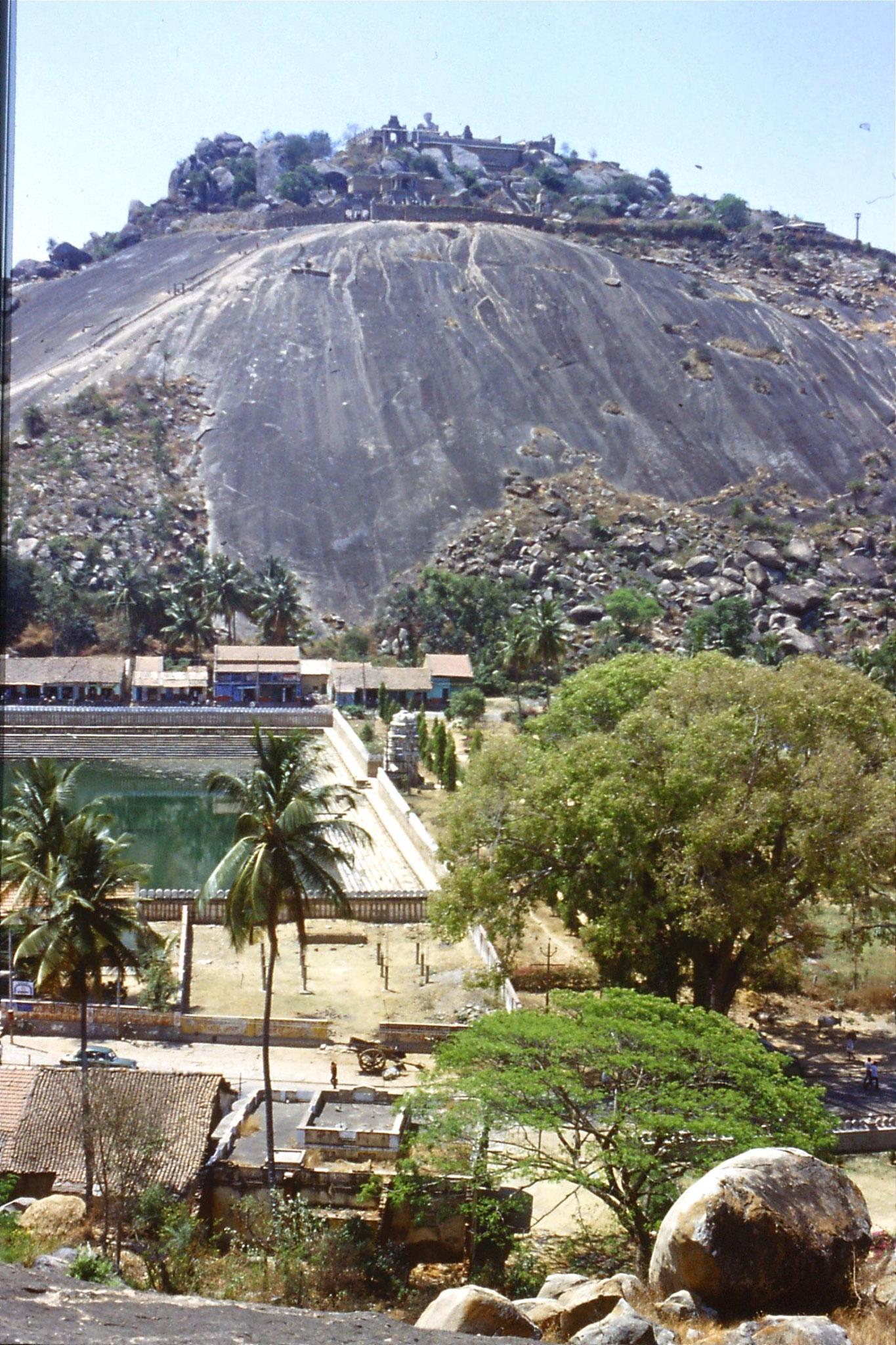 108/16: 13/3/1990 Sravanabelagola - temple hill
