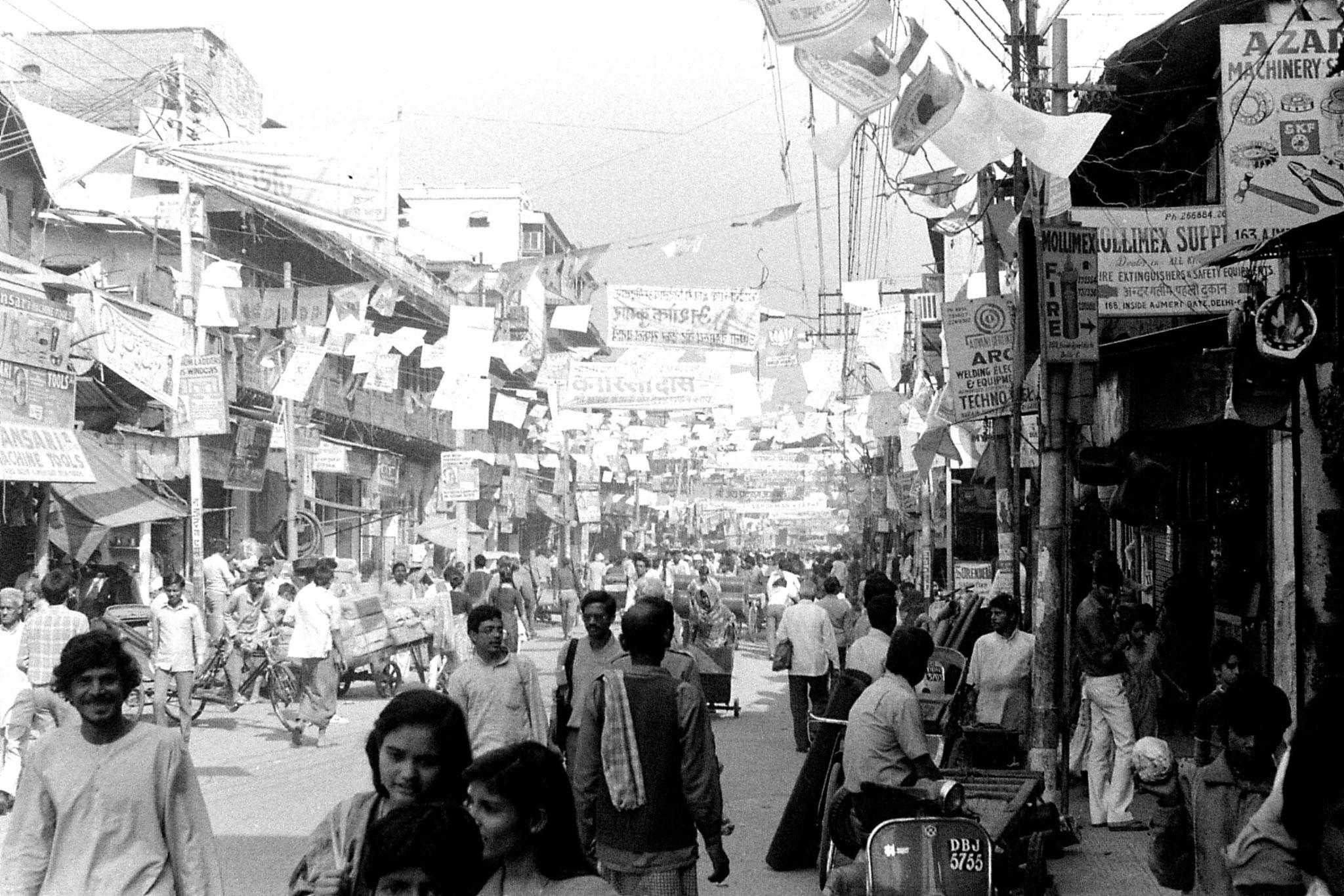 20/11/1989: 9: New Delhi near Ajmer Gate, election banners
