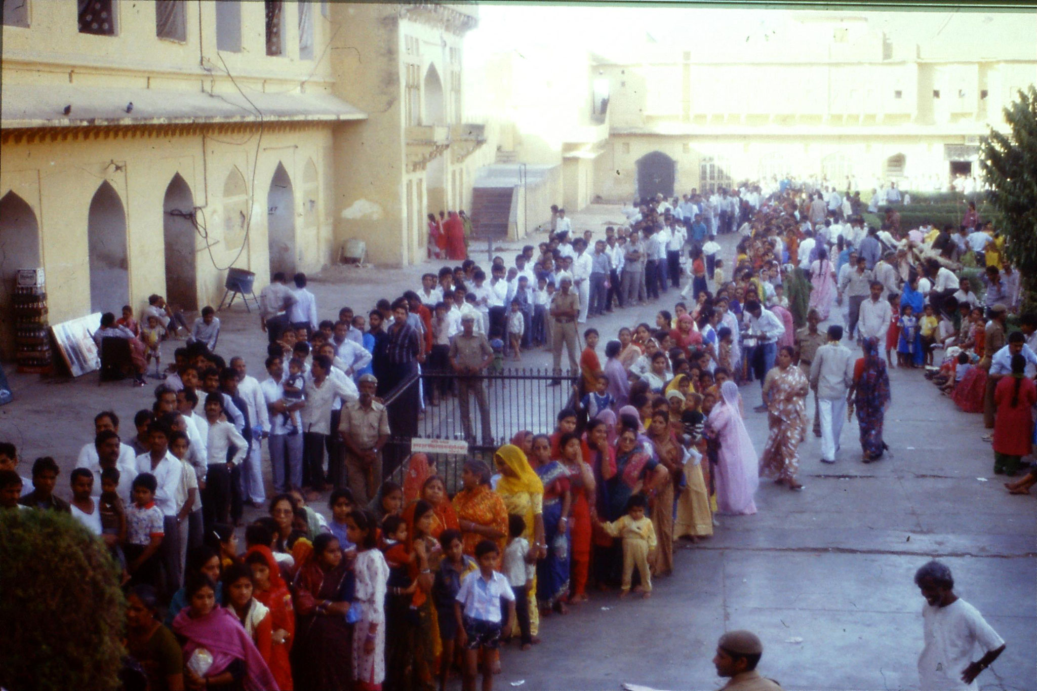 109/21: 3/4/1990 Jaipur/Amber  - pilgrims queuing