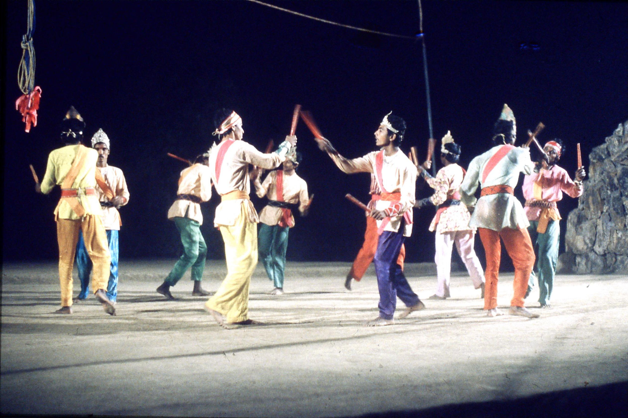 8/12/1989: 30: Udaipur Shilp Gram Craft Centre dancing