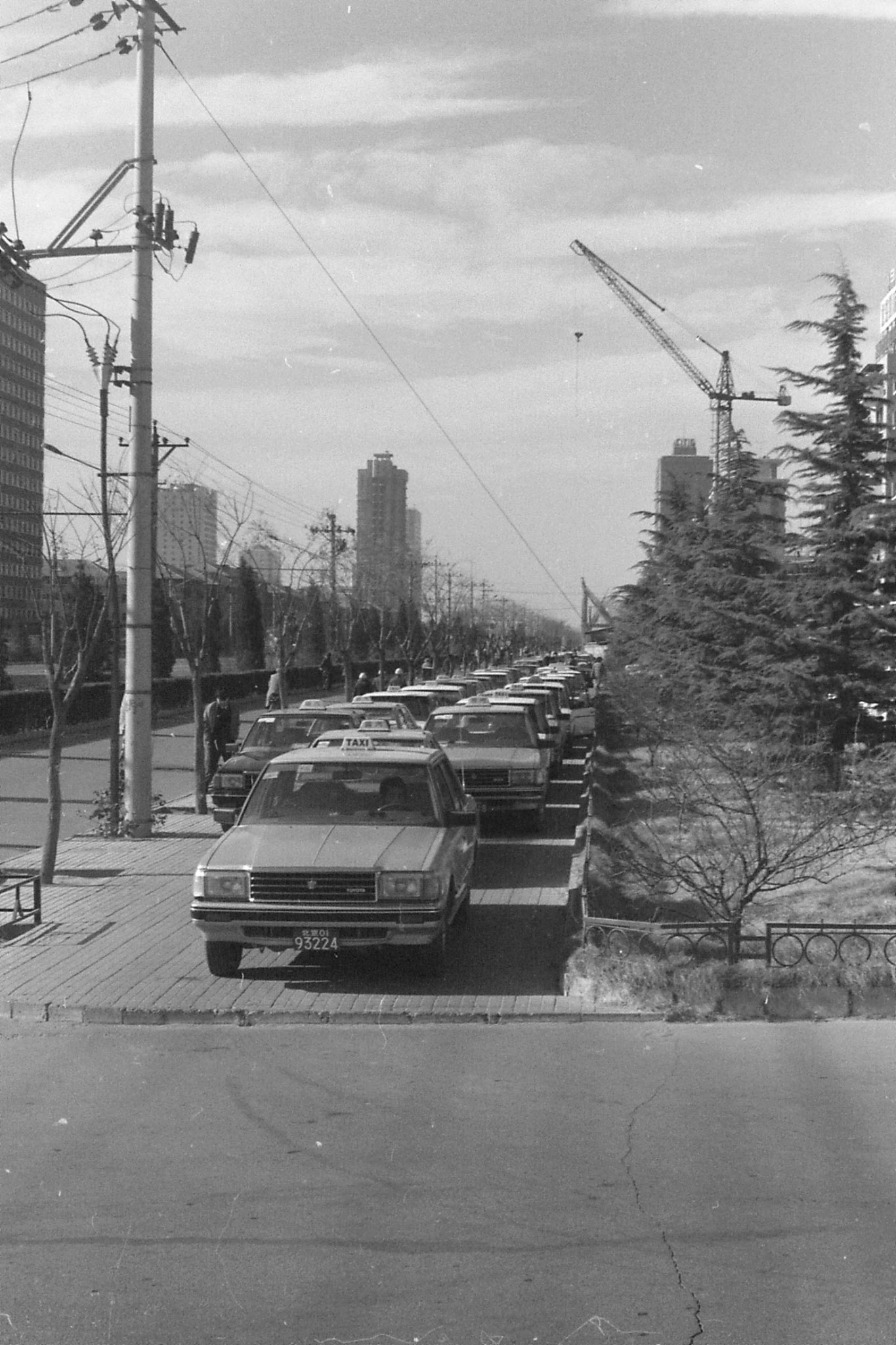 26/11/1988: 17: taxis in front of Jianguo Hotel