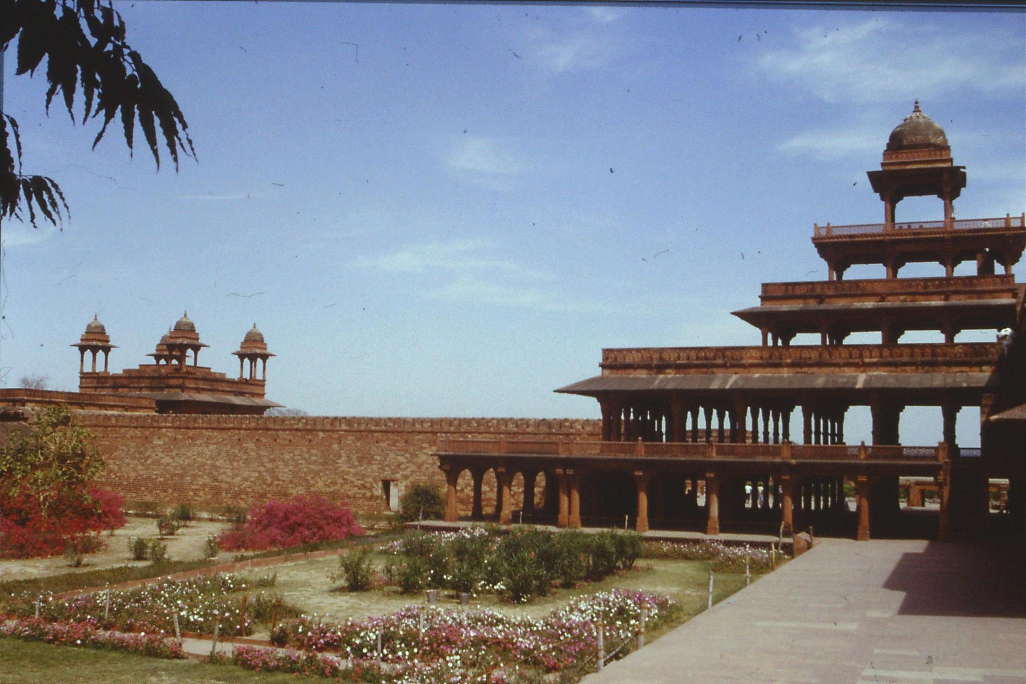 109/11: 31/3/1990 Fatehpur Sikri - Panch Mahal (L) & Diwani Khas (R)