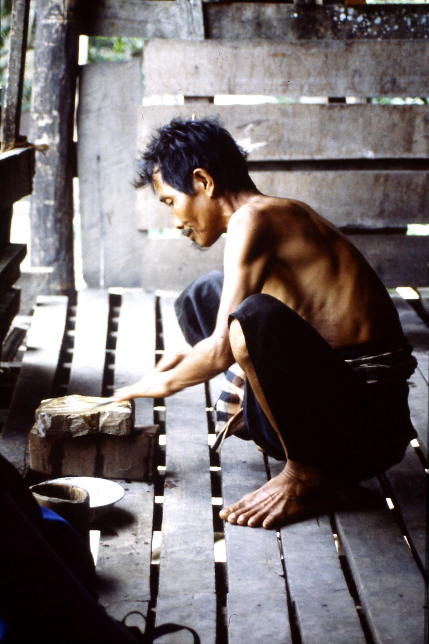 12/6/1990: 24: Trek - Hue Kom Karen village, sharpening knife