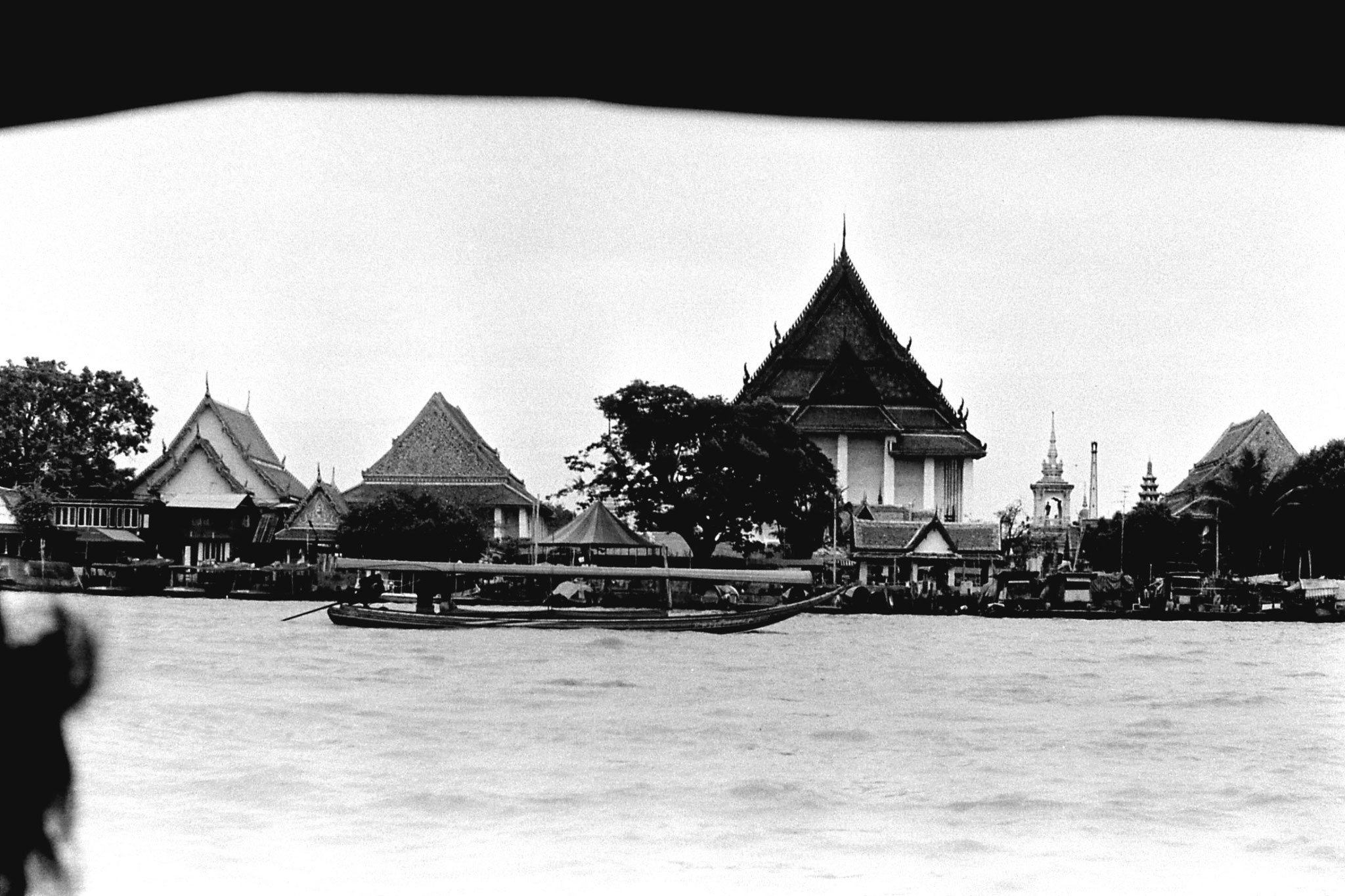 17/6/1990: 21: Bangkok, on the river Wat Kalayanamit