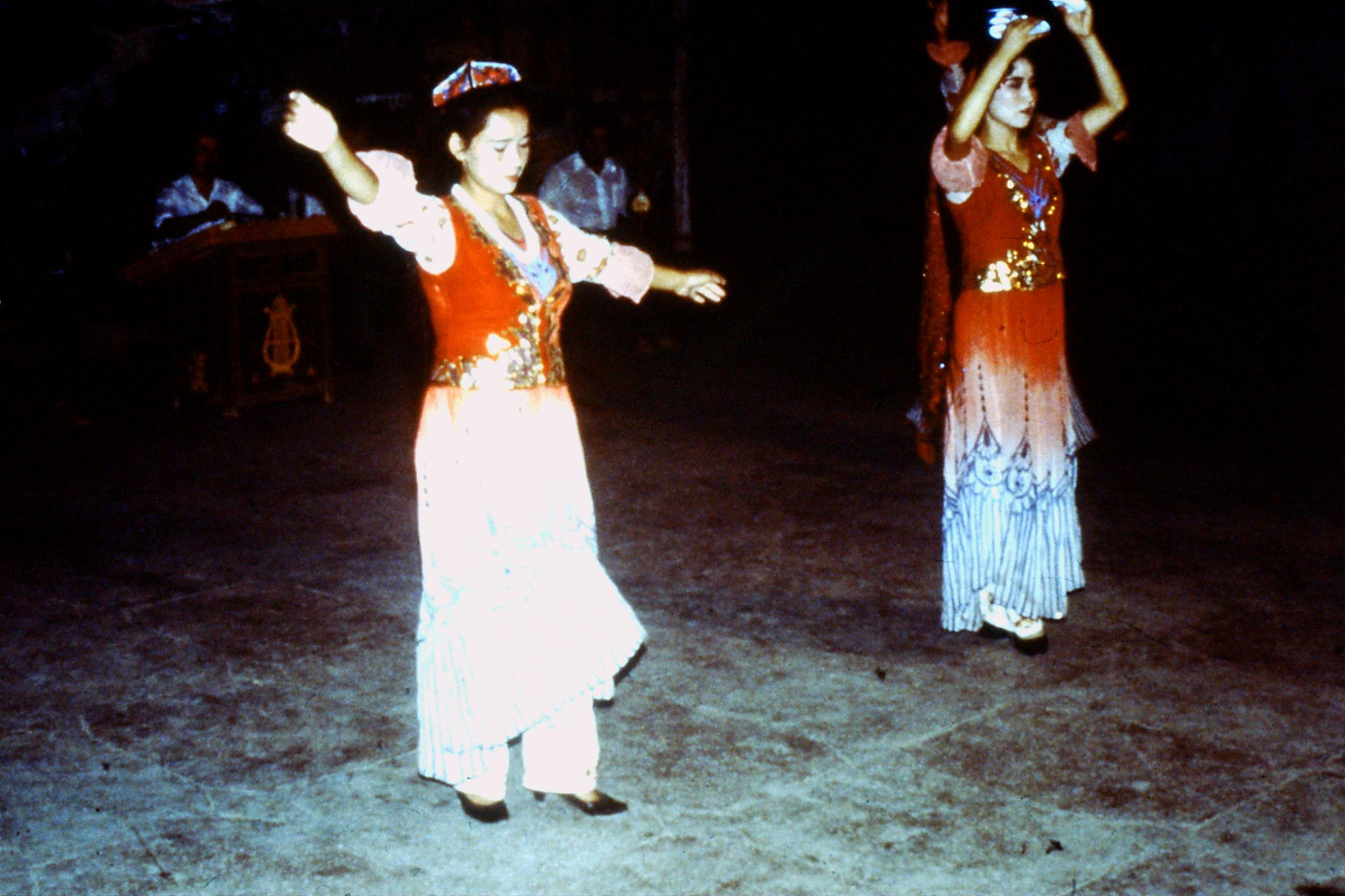29/8/1989:1: Turpan guesthouse song and dance group
