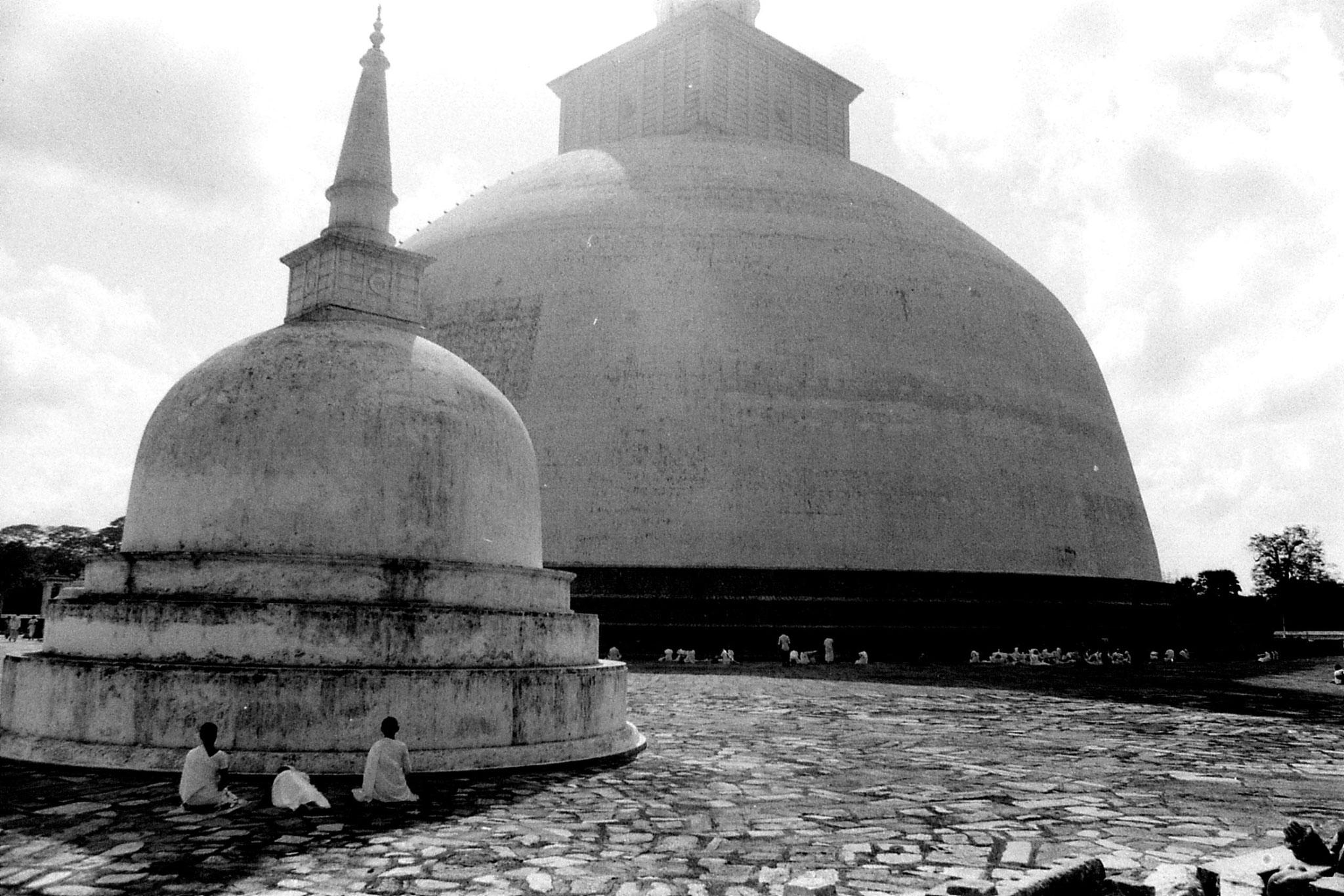 9/2/90: 25: Anuradhapura pilgrims at Ruvapvelisiya dagoba
