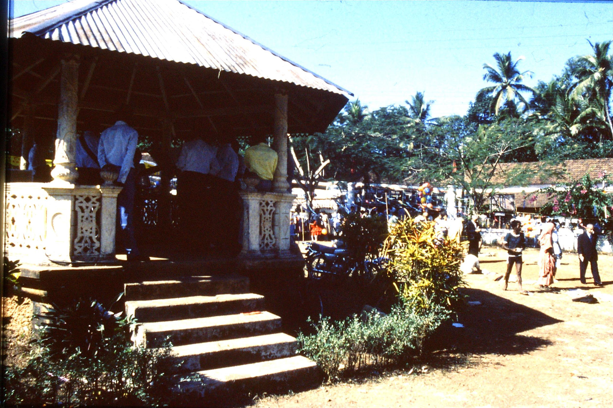 31/12/1989: 8: Siolim church and 10.30 mass, bandstand