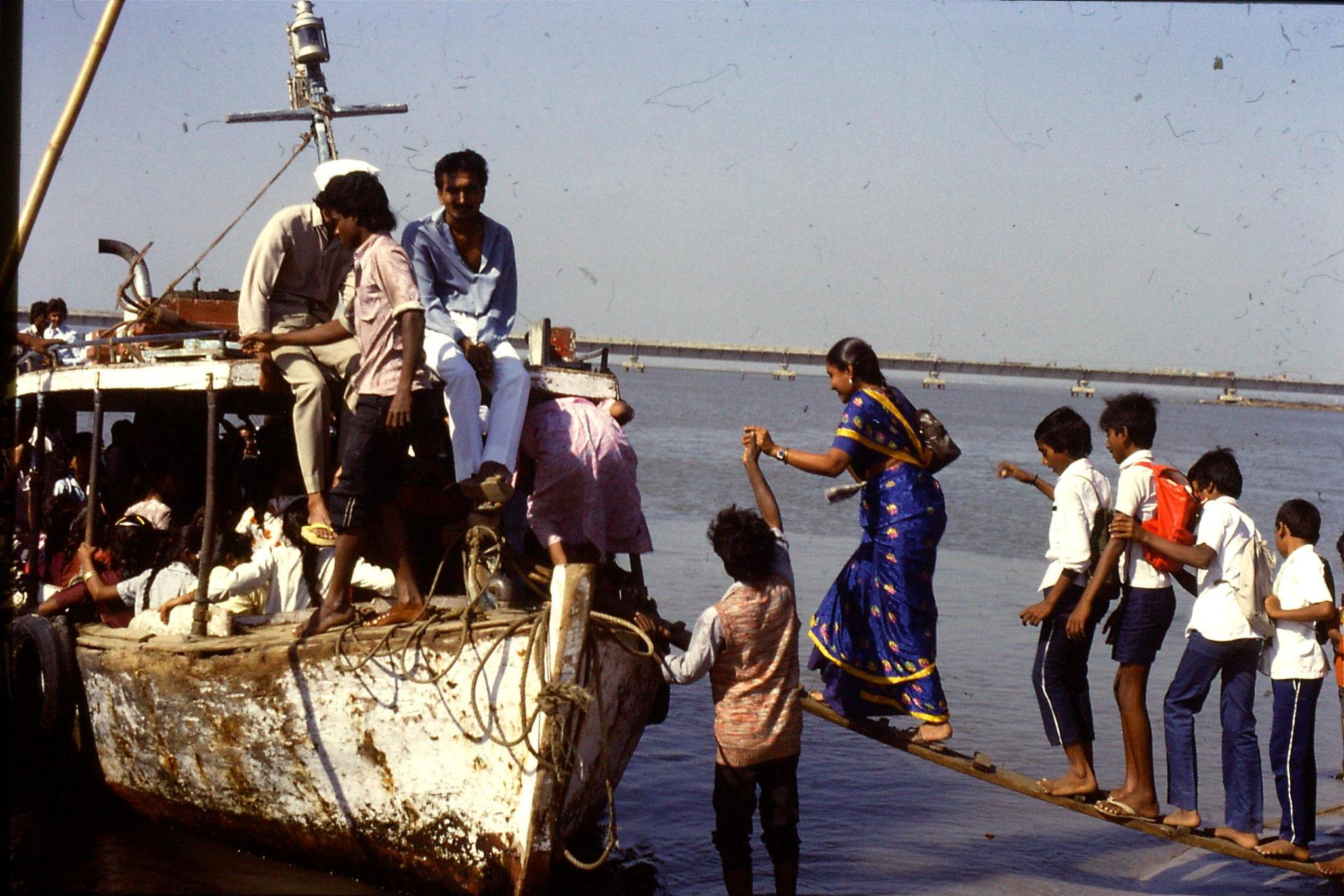 16/12/1989: 10: Diu Goghla boarding ferry