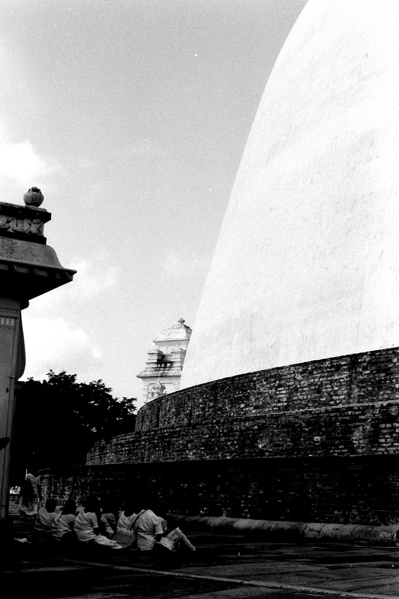 9/2/90: 23: Anuradhapura pilgrims at Ruvapvelisiya dagoba