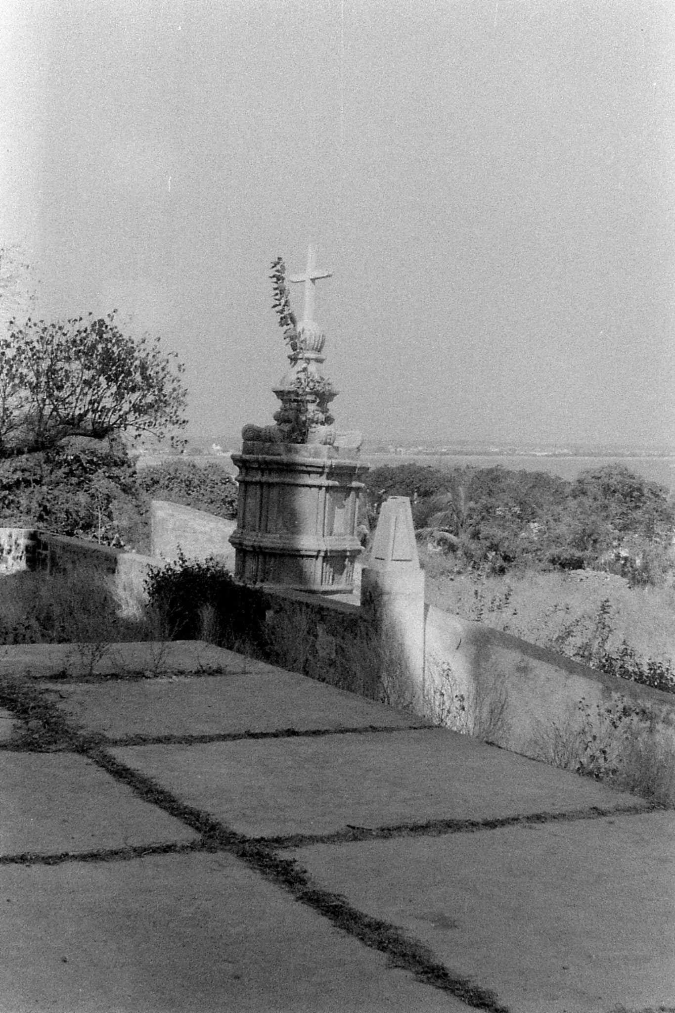 16/12/89: 12: Diu:  cross with temple in background