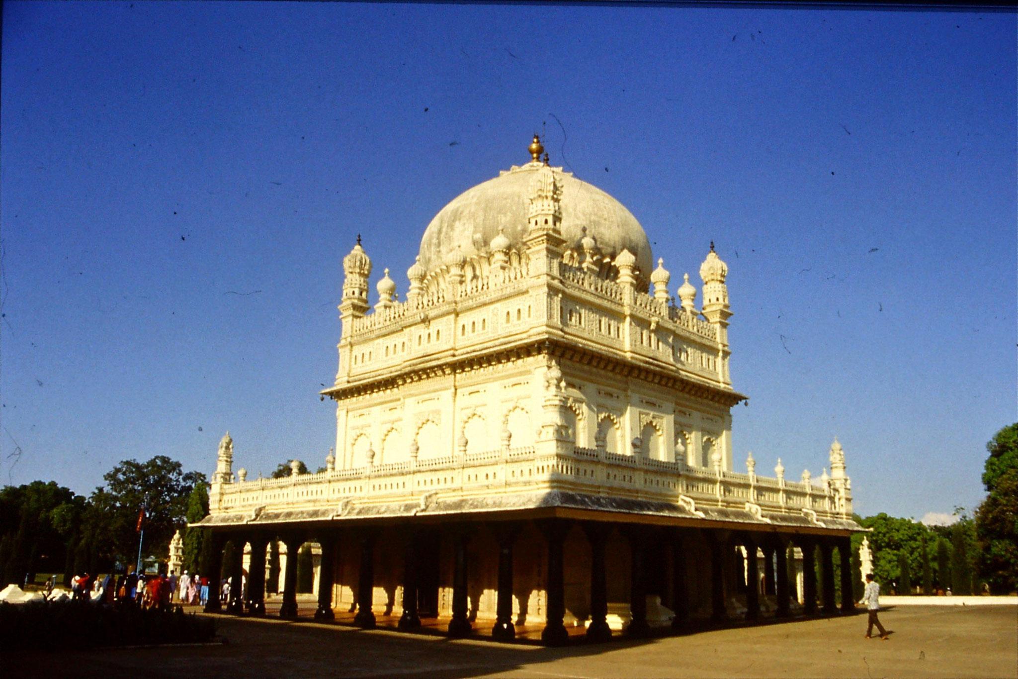 108/7: 12/3/1990 Gumbaz - Haider Ali & wife & Tippu Sultan tombs
