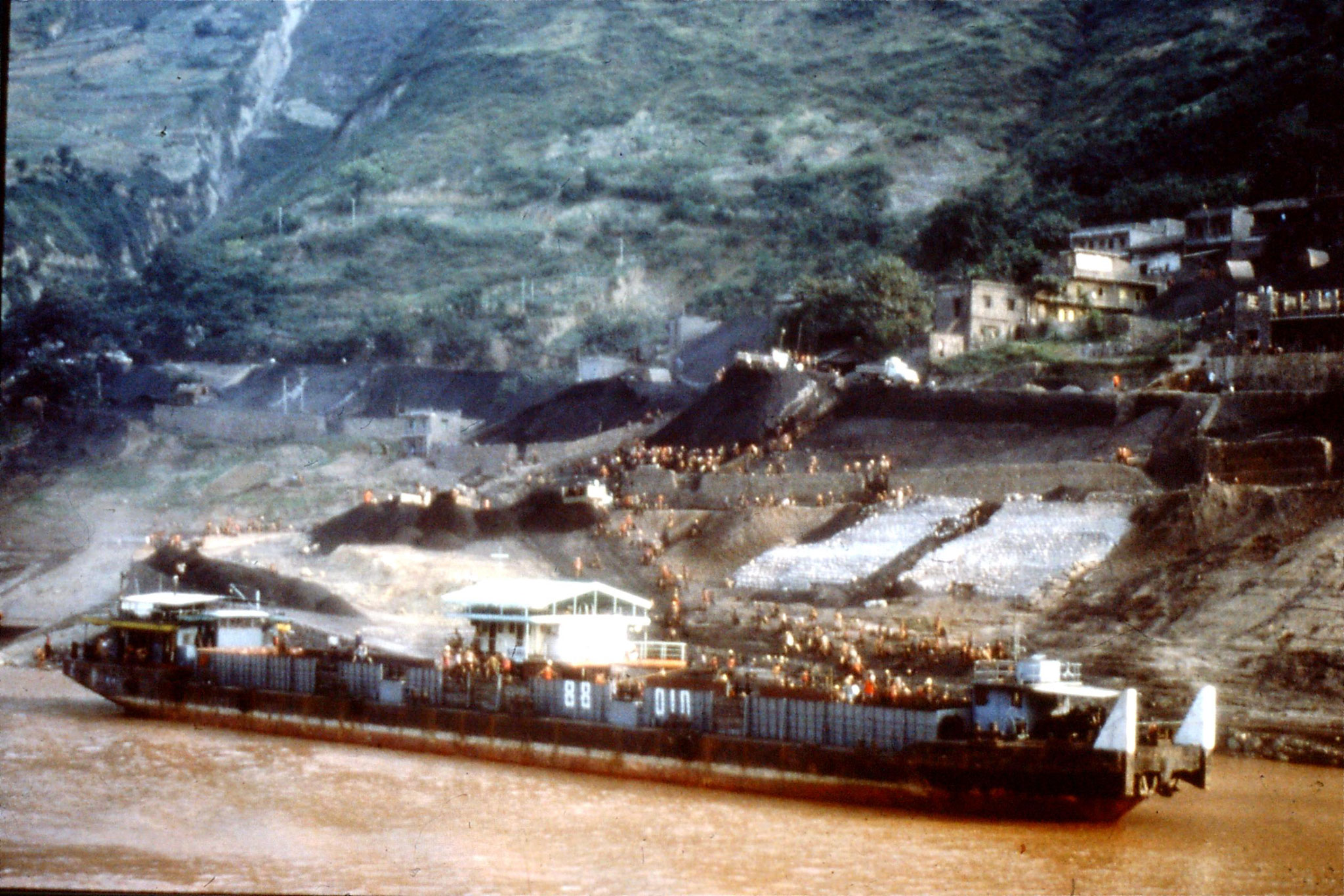 10/8/1989:9: 1850hrs Fengjie loading coal