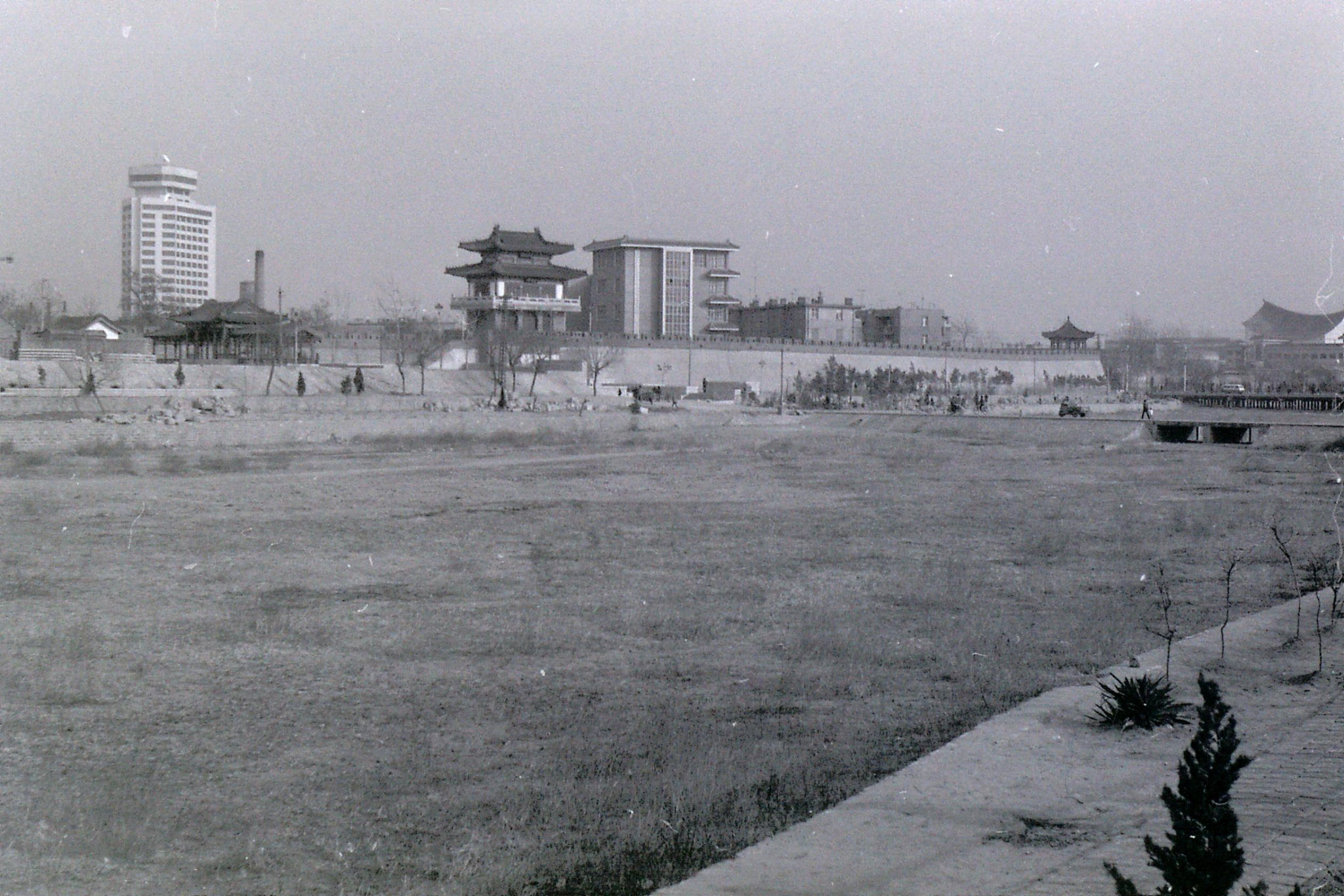 16/2/1989: 7: river in Weifang and old city wall