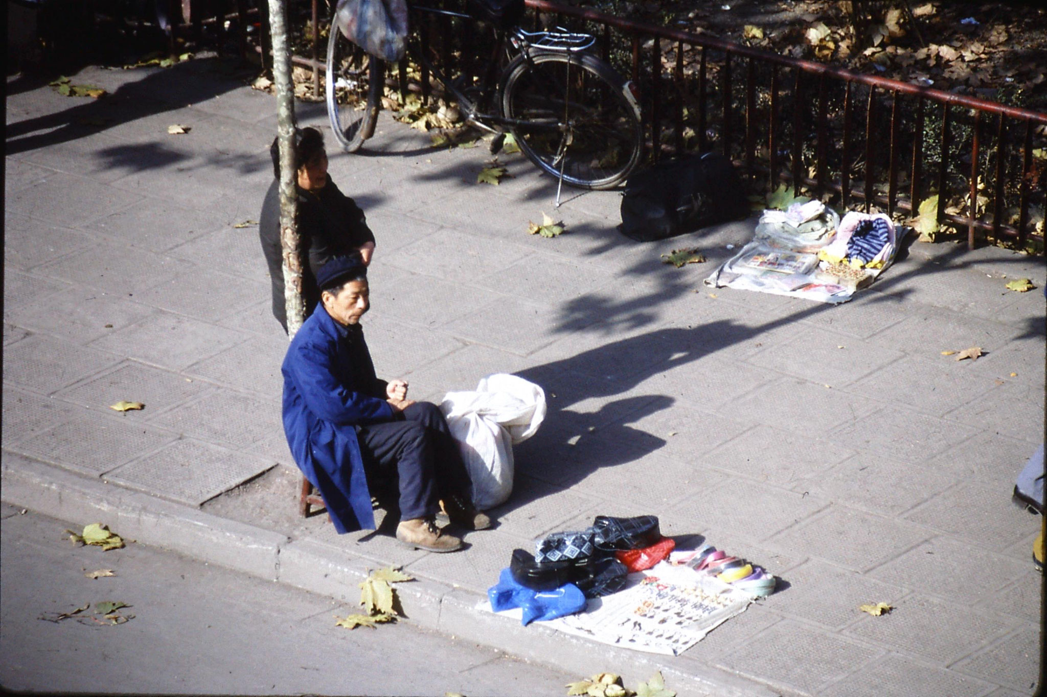 11/12/1988: 28: Nanjing pavement shoe seller
