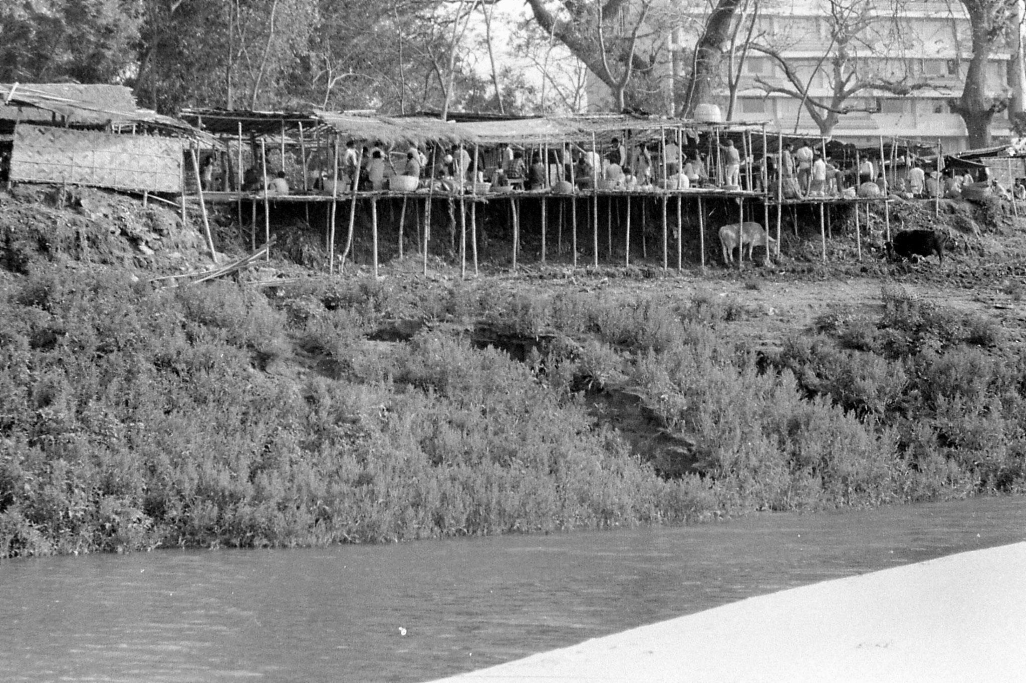 10/4/1990: 33: Gauhati, Brahmaputra River, market