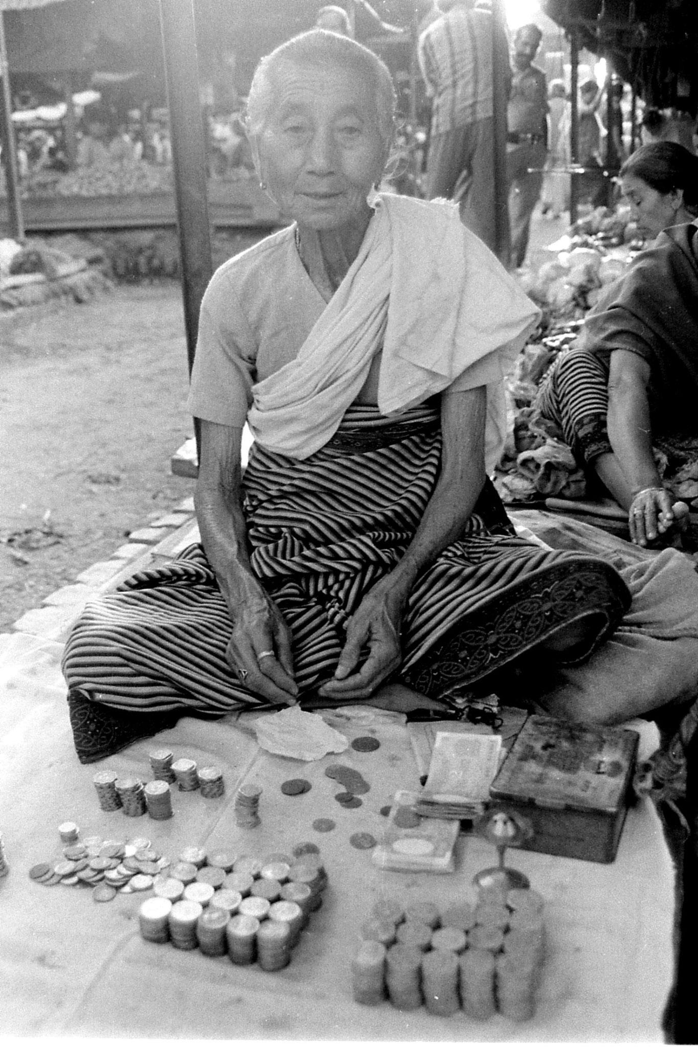 17/4/1990: 6: Imphal women's market