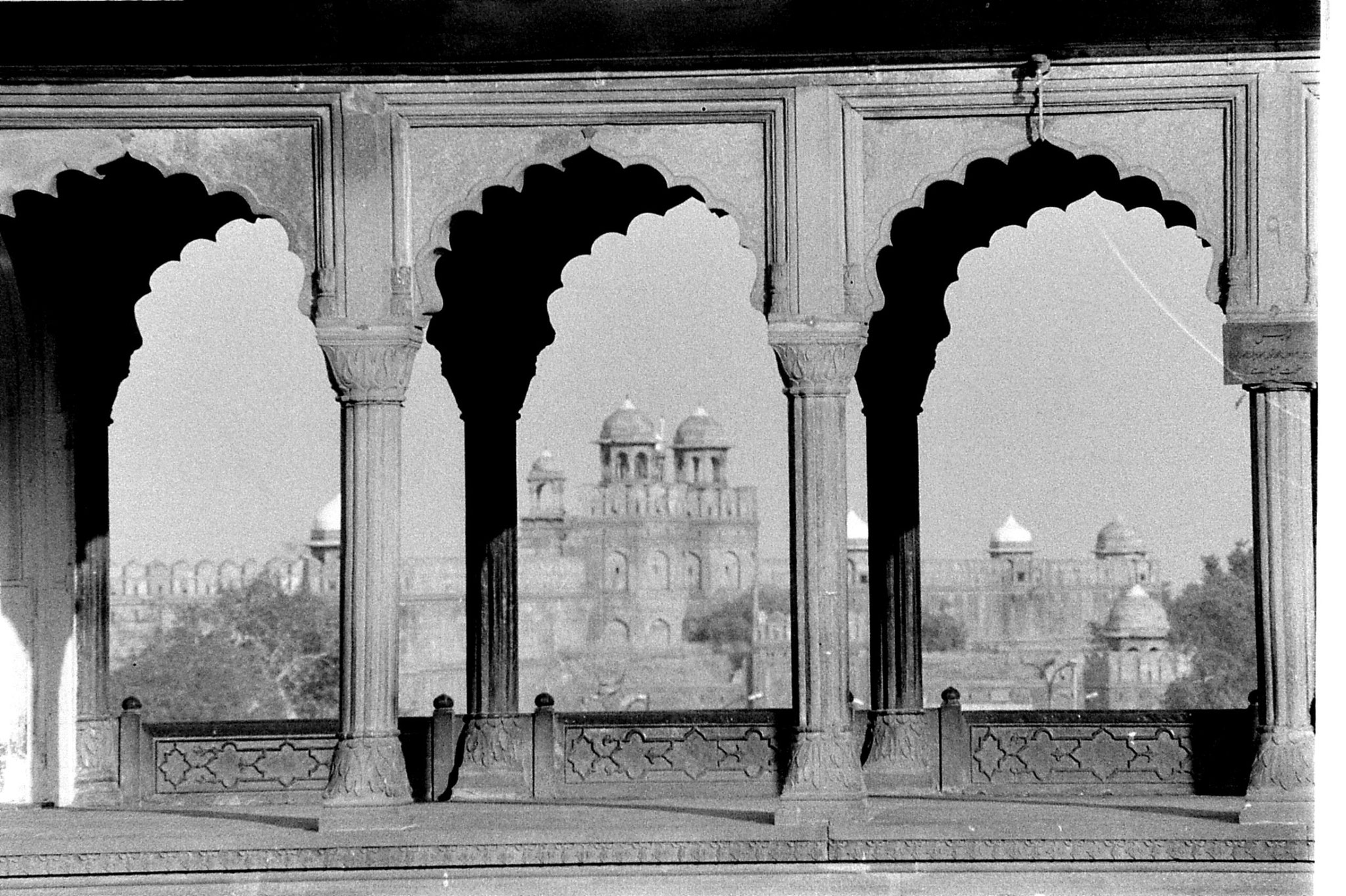 24/11/1989: 21: New Delhi view of Red Fort from Jami Masjid