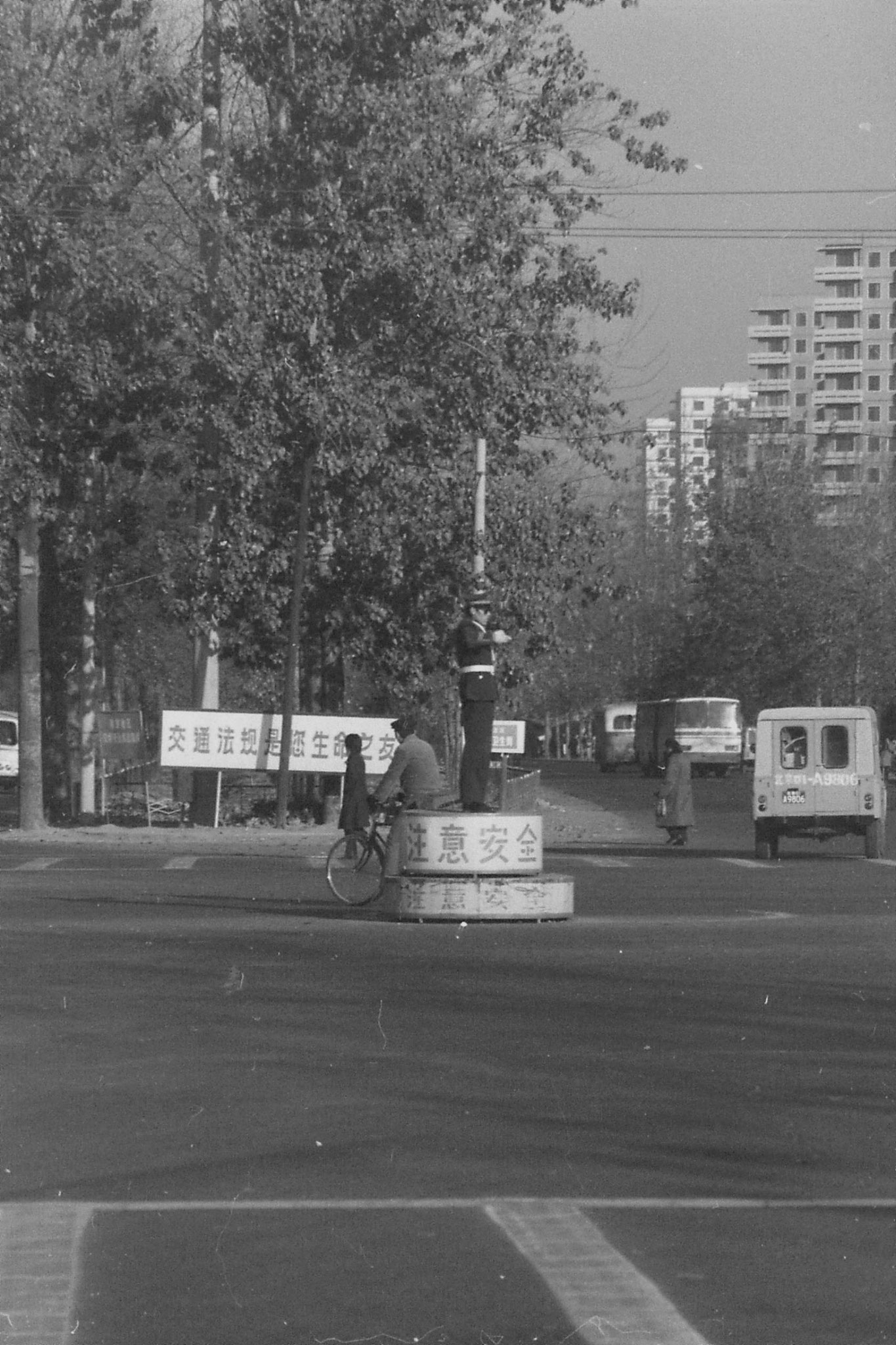 23/11/1988: 32:  outside Friendship Hotel