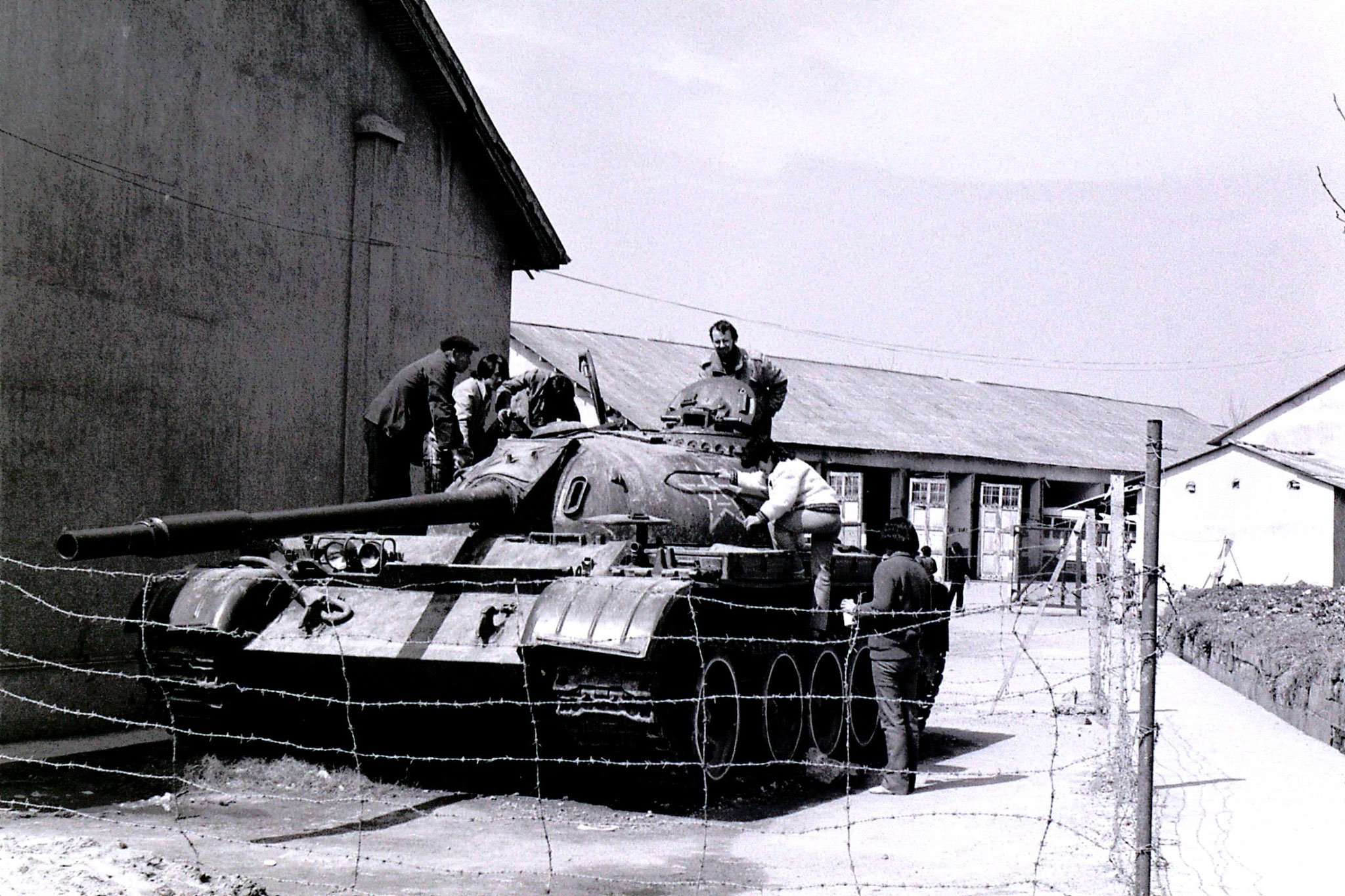 26/3/1989: 34: Hangzhou R on tank at Lin Biao museum