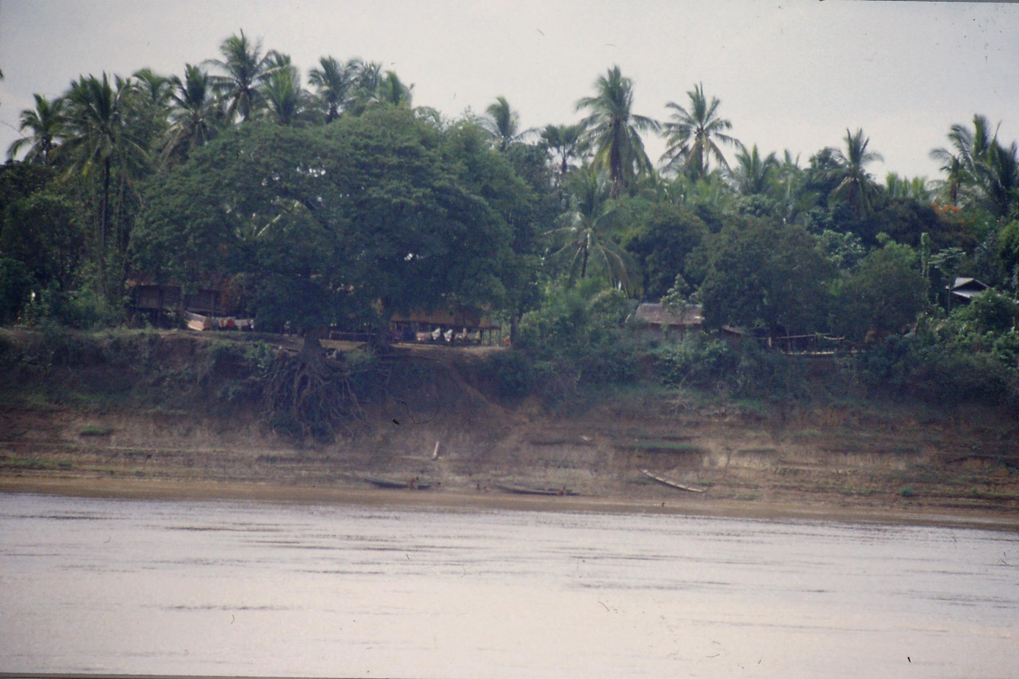 30/5/1990: 27:boats and children in Laos