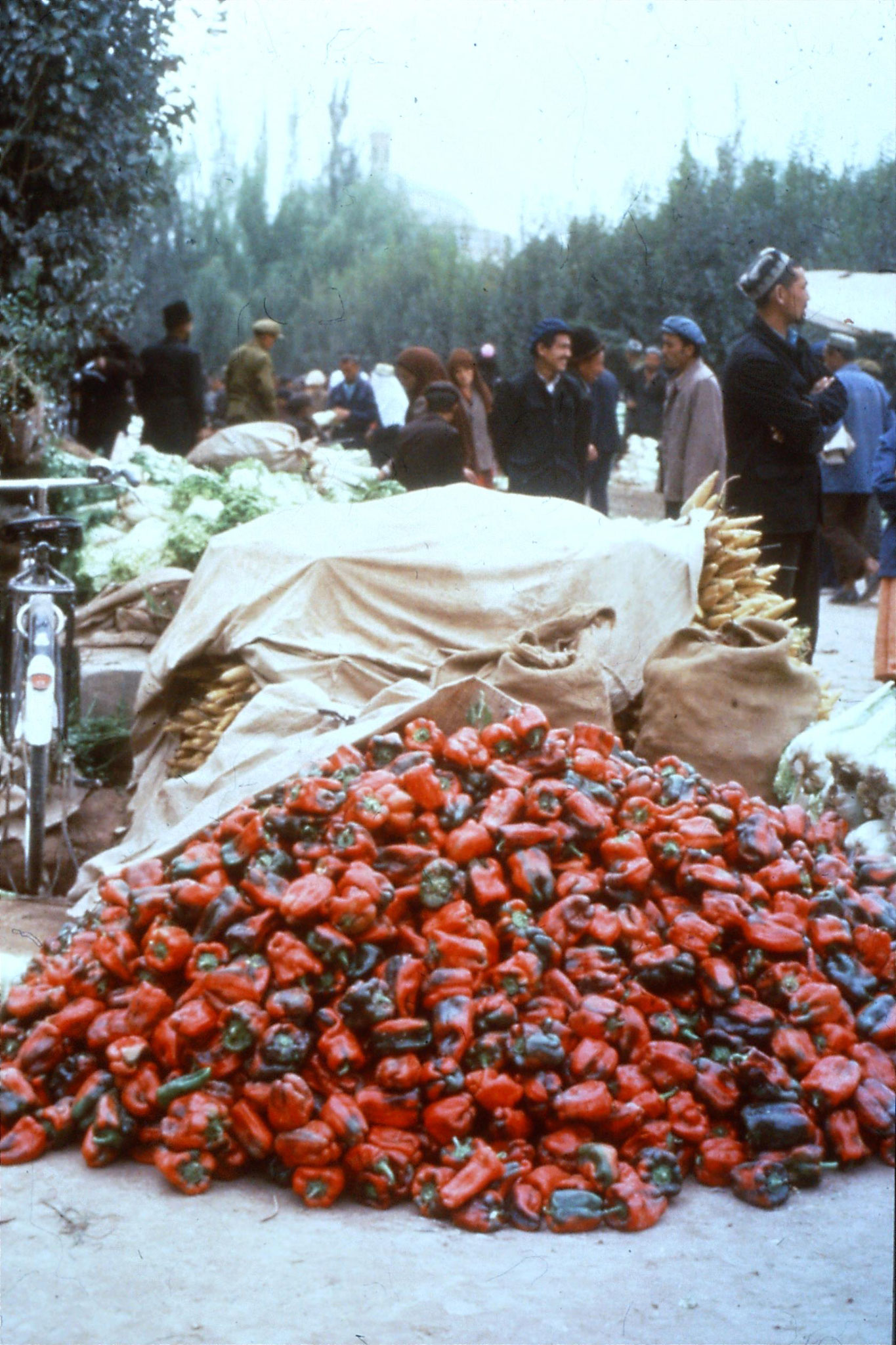 10/9/1989:23: Kashgar Sunday market