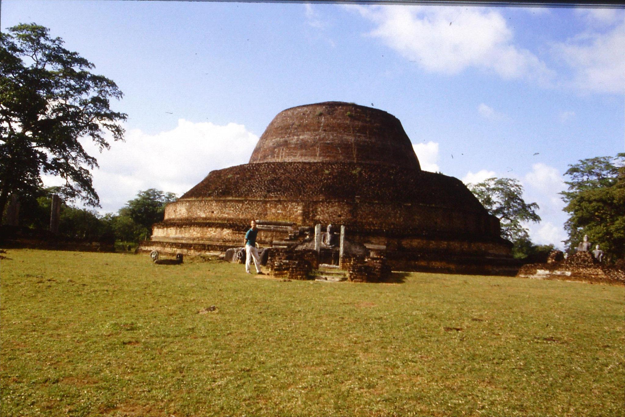 102/34: 7/2/1990 Polonnarua - Pabula Vihara - dagoba