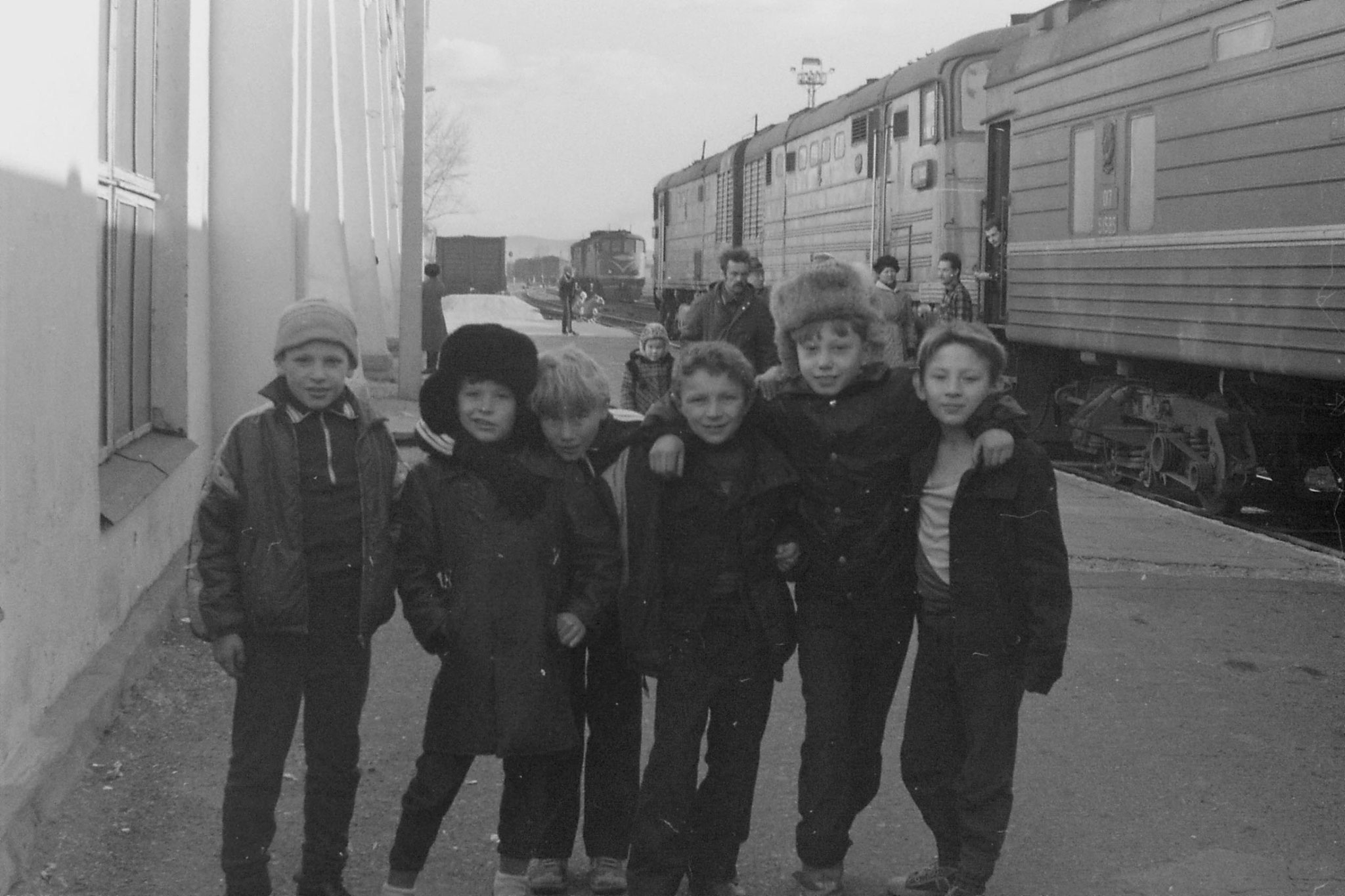 26/10/1988: 22: children at station