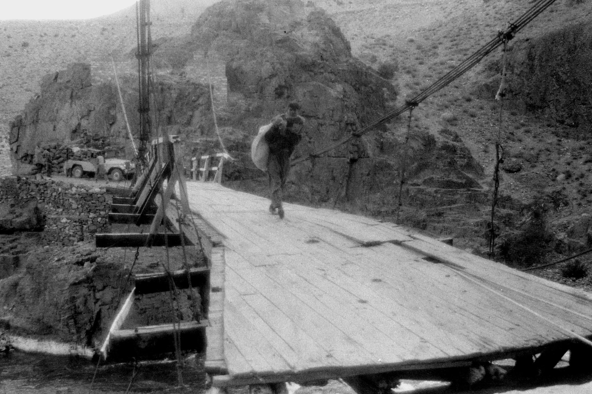 26/10/1989: 13: after Gulpis, unloading jeep and carrying luggages across bridge