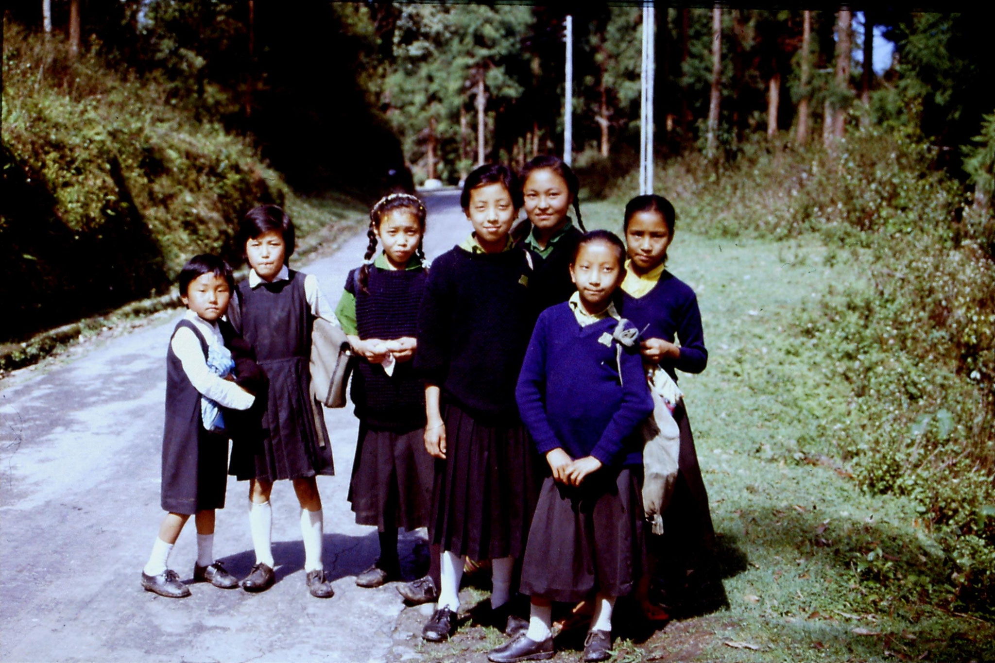 115/28: 28/4/1990 Pelling - schoolgirls