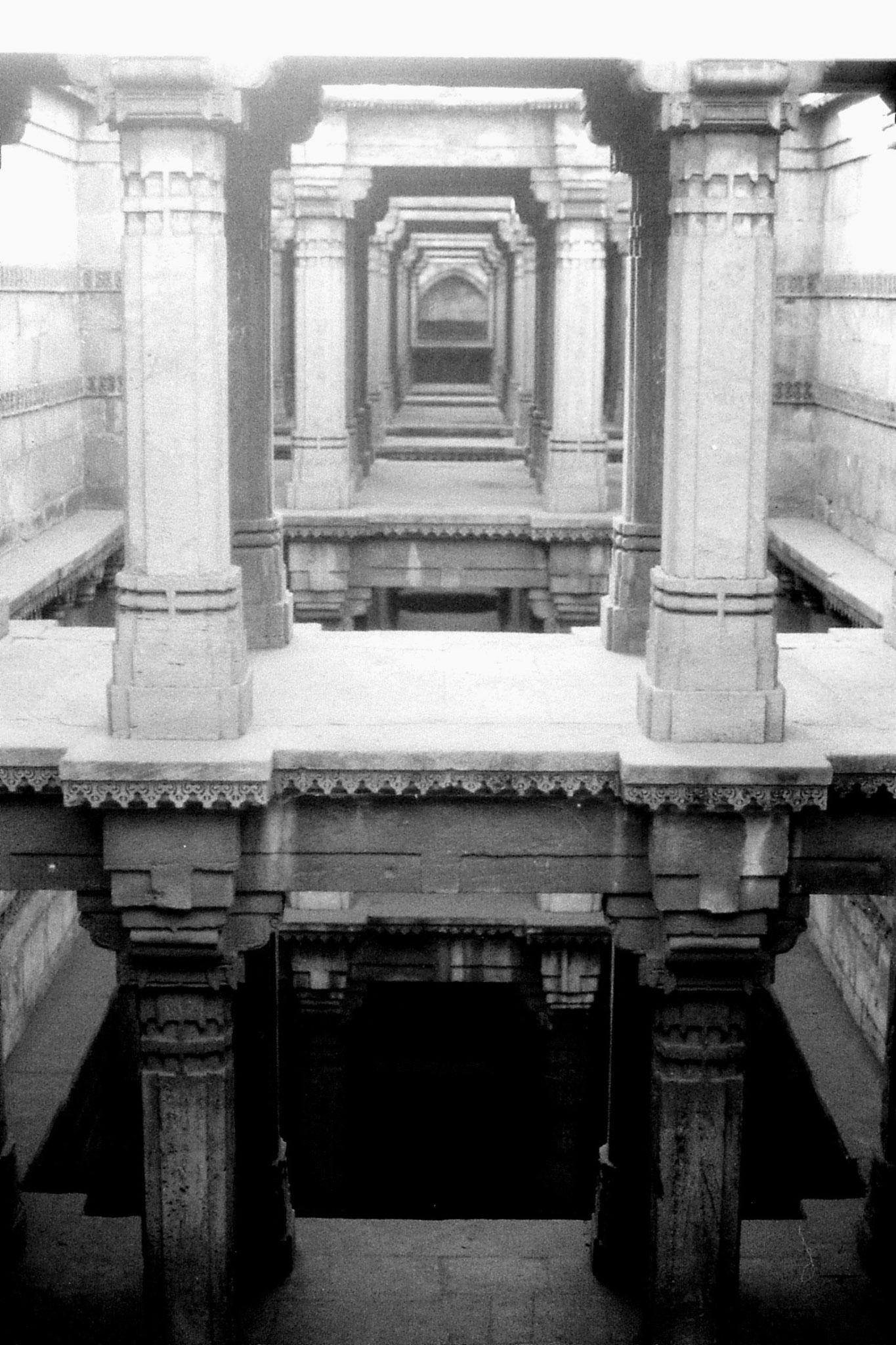 10/12/1989: 20: Ahmedabad Pada Hari step wall