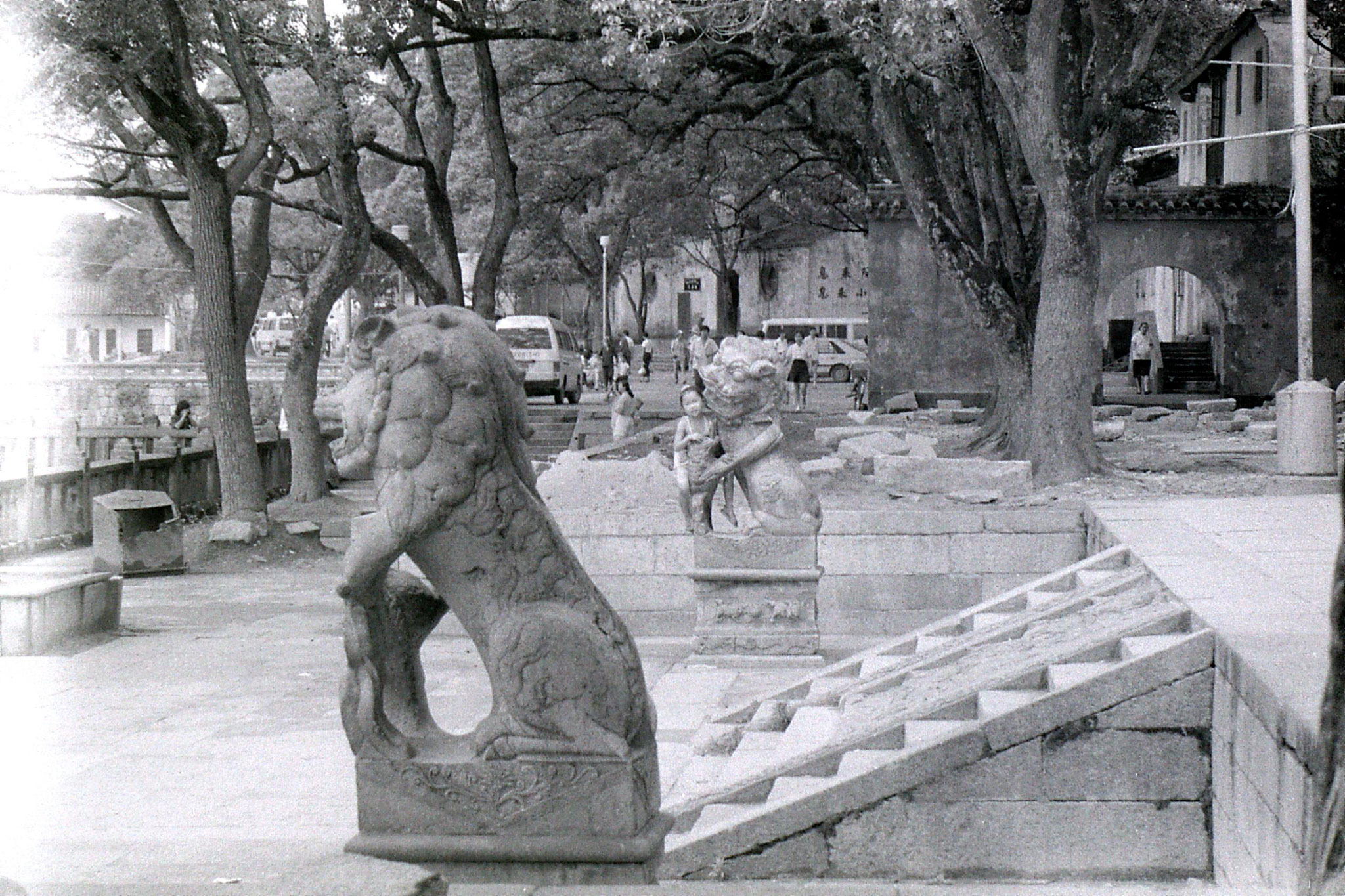 24/7/1989: 3: Putuo, little girl on lion statue
