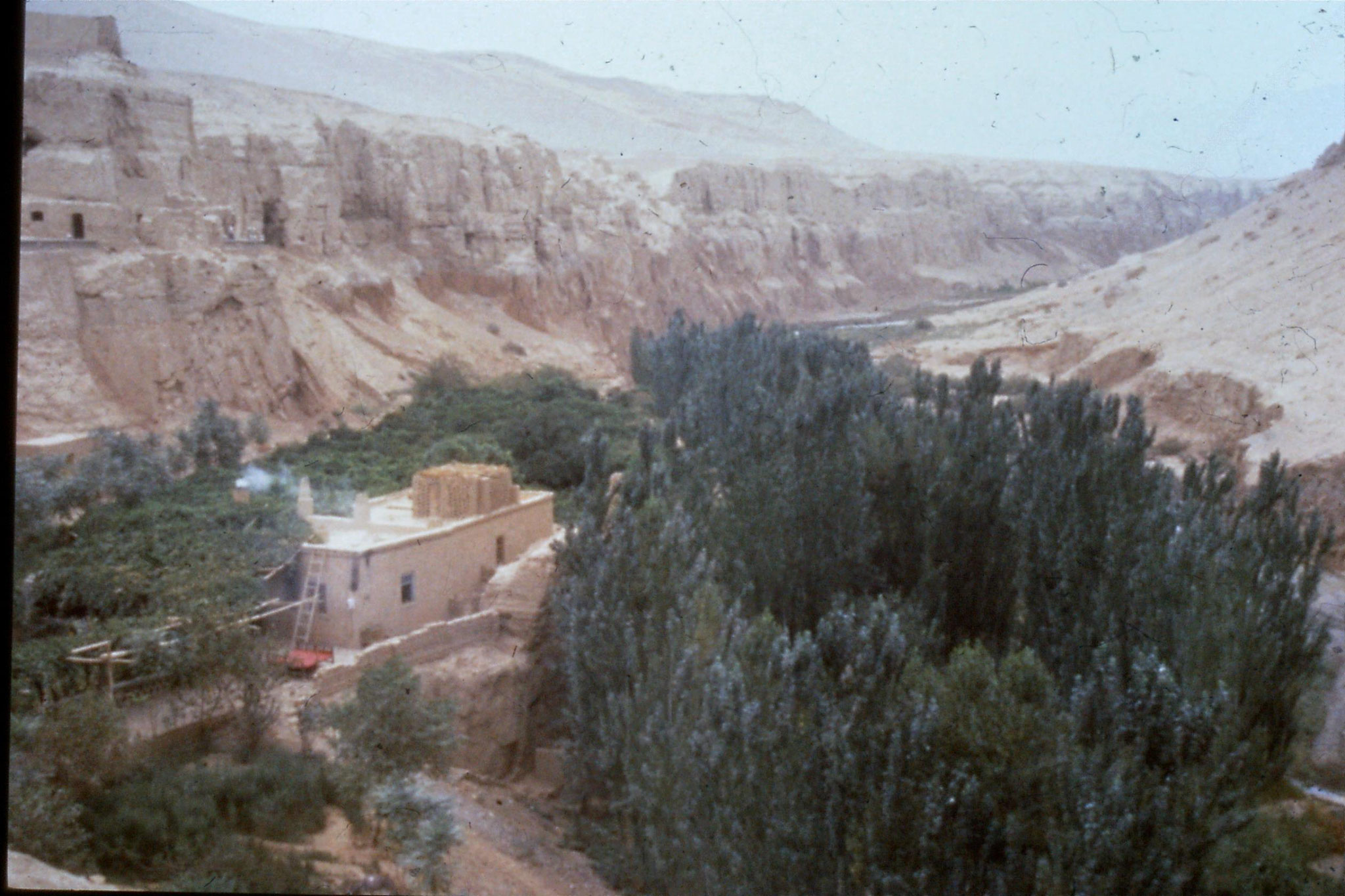 29/8/1989:29: Bezeklik Caves, gorge