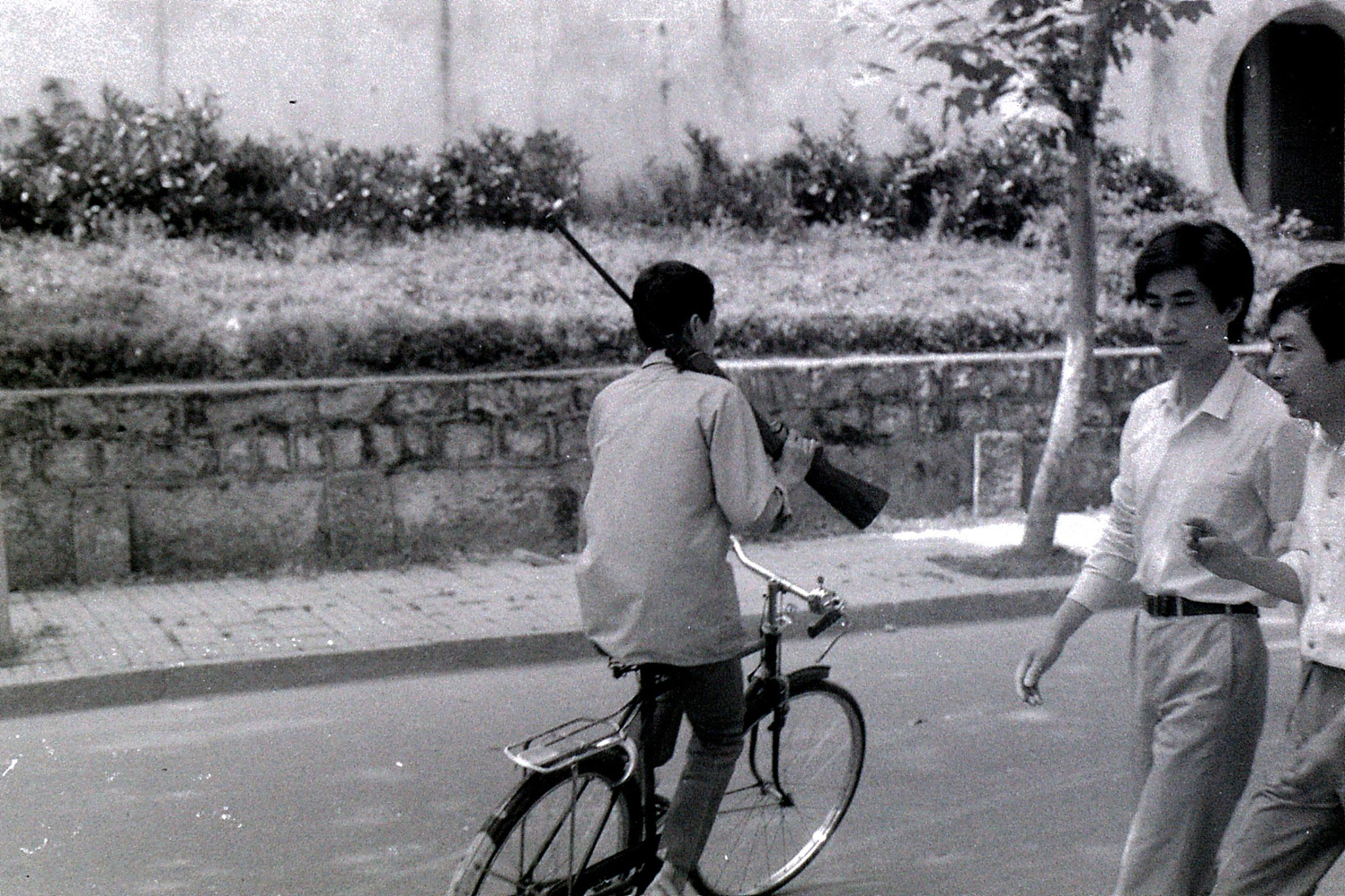 27/6/1989: 22: Shaoxing, man with rifle