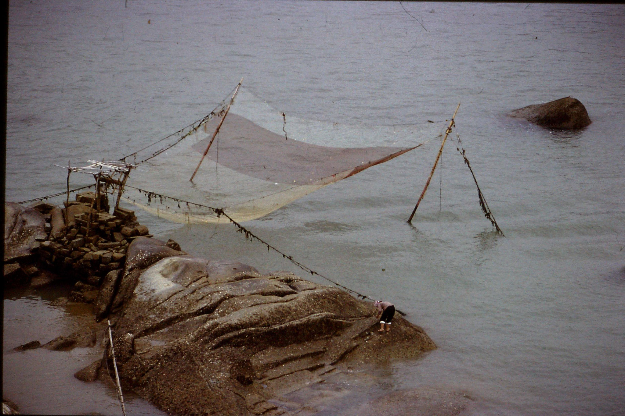 30/3/1989: 14: Xiamen woman on rock at Gulanggu
