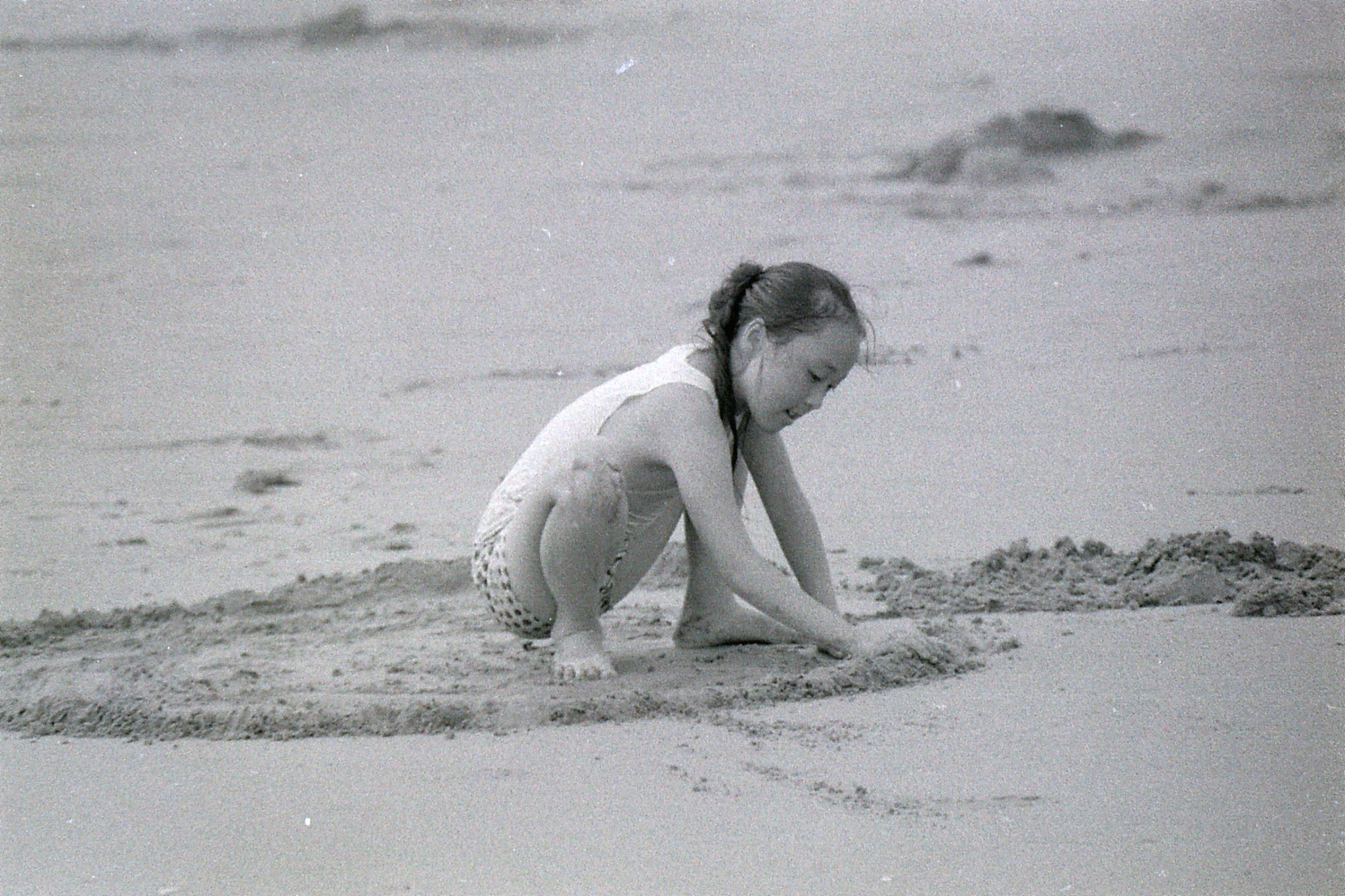 24/7/1989: 19: Putuo 100 pace beach girlmaking sand pattern