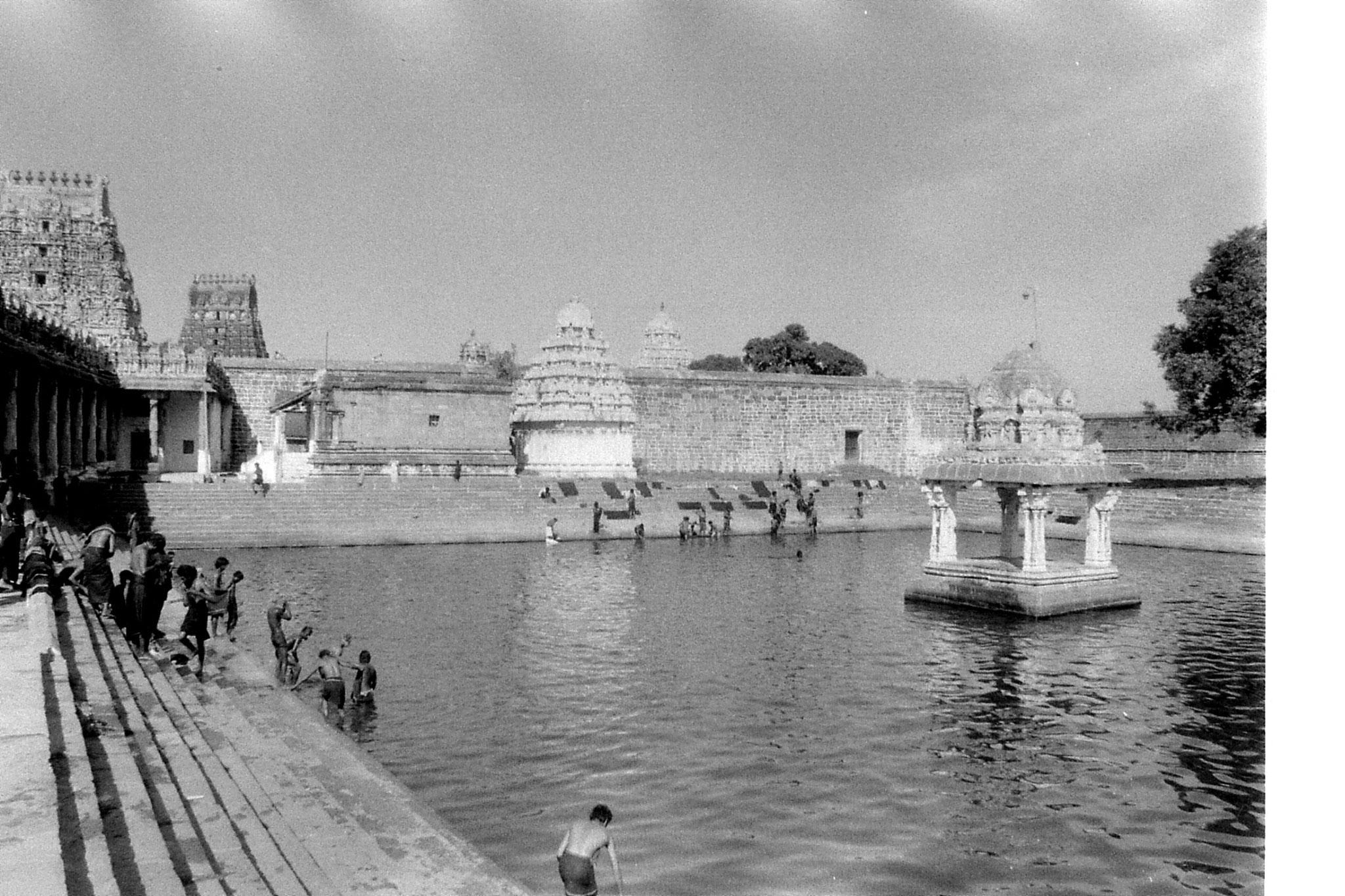 19/1/90: 16: Kanchipuram - Ekambareswarar temple - bathing tank